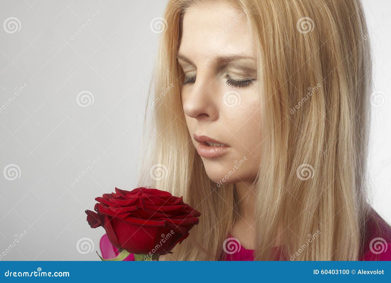 有红色玫瑰的美丽的少妇