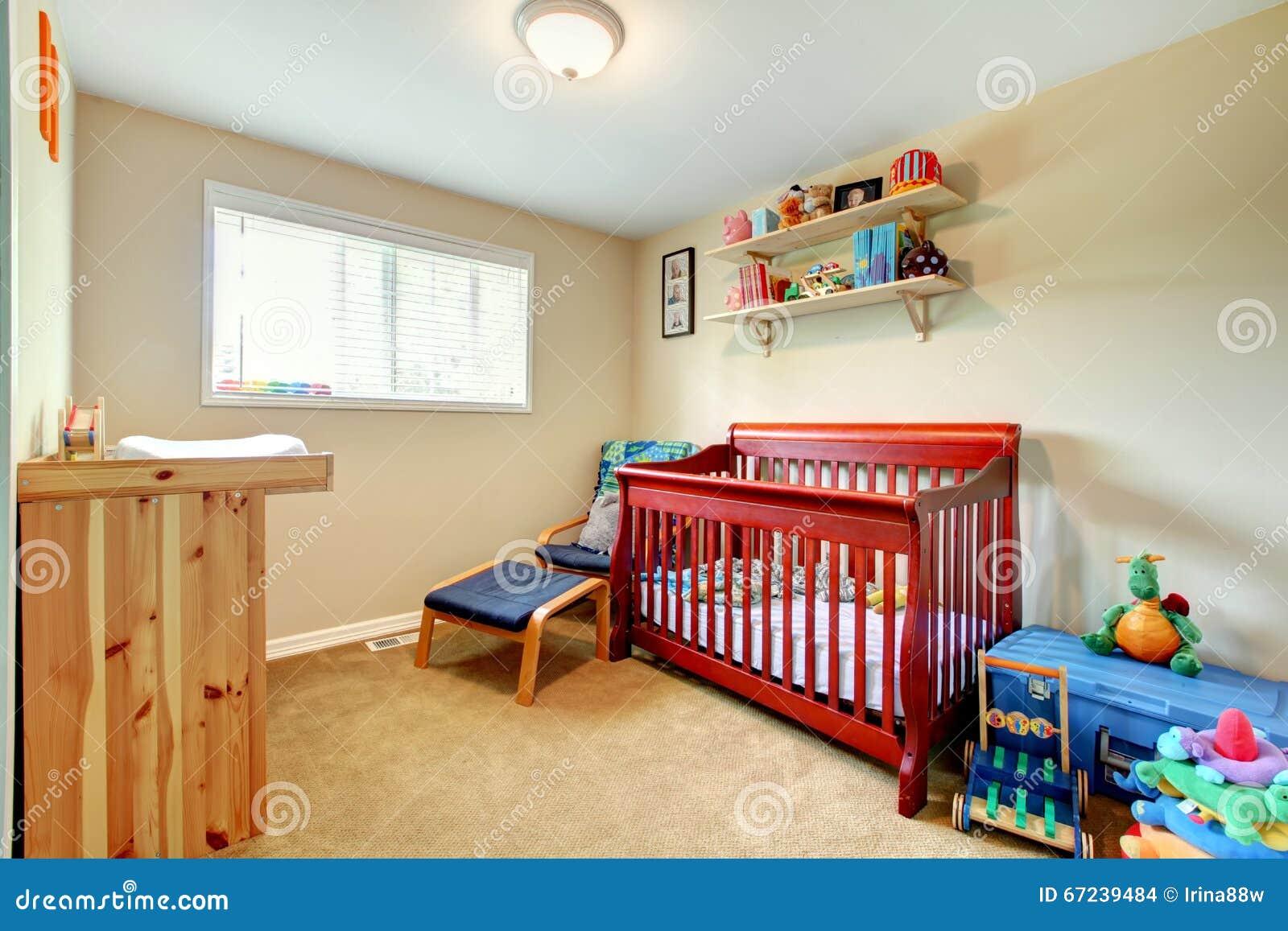 有红色的婴孩室弄脏了木小儿床和明亮的内部