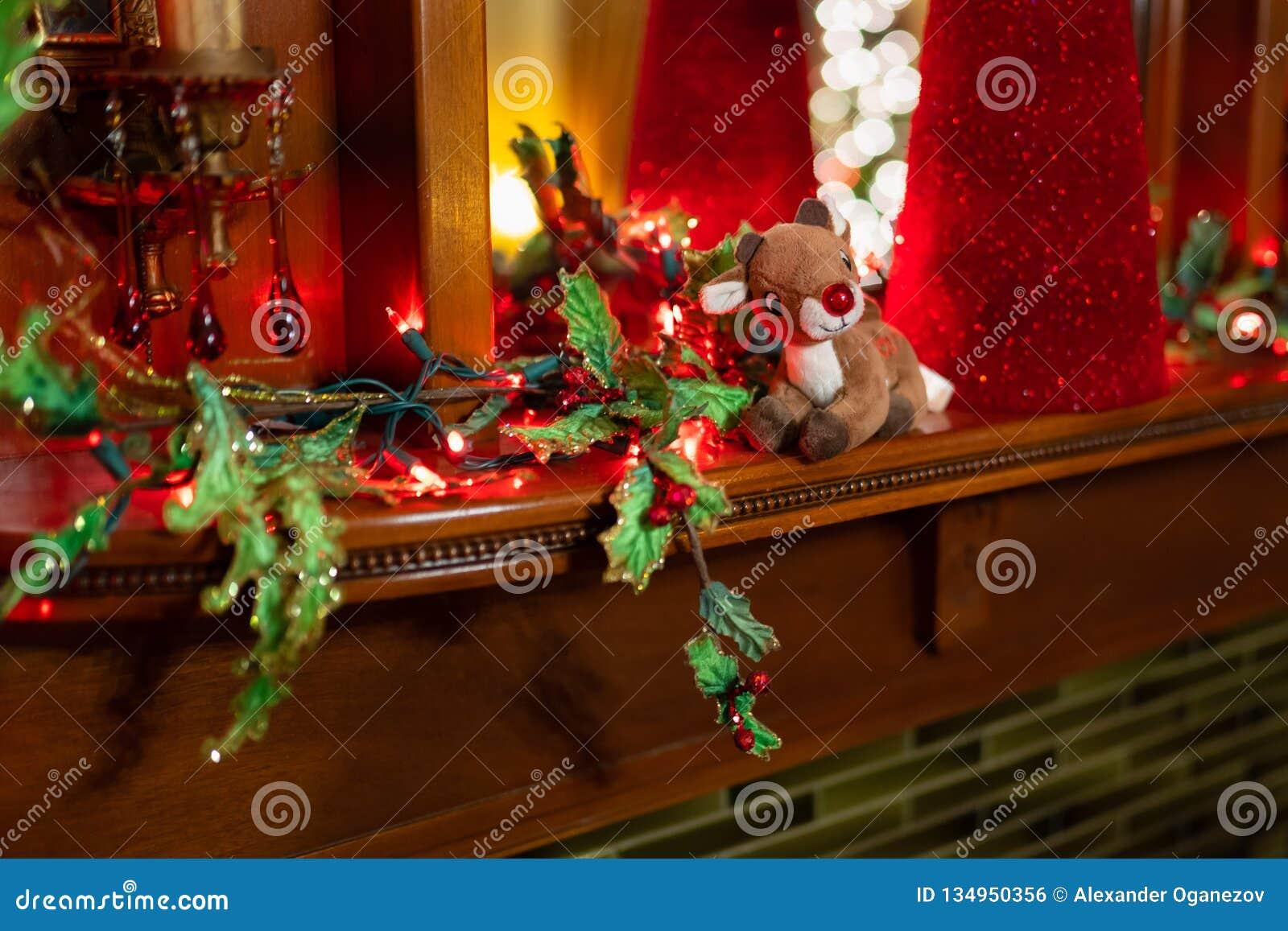 有红色鼻子的豪华的驯鹿玩具在架子