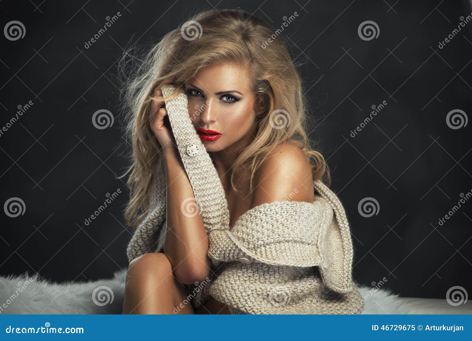 有红色嘴唇的性感的严格的妇女