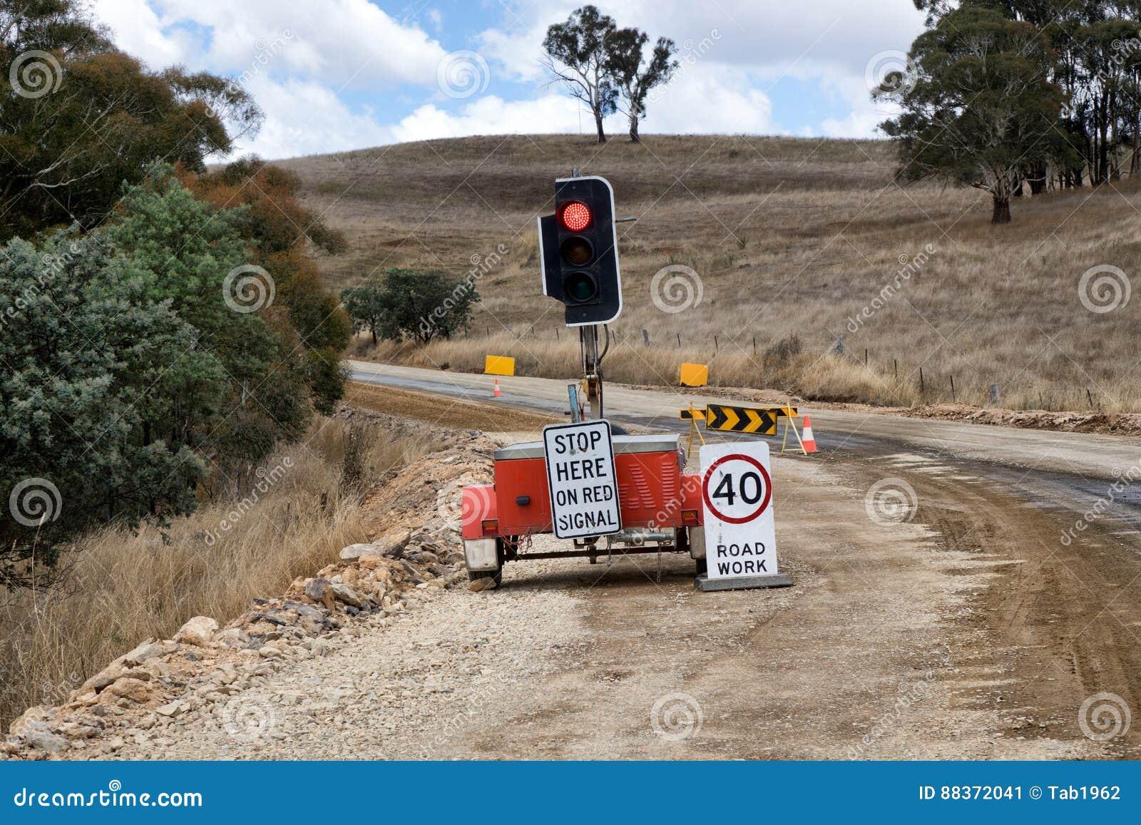 有红绿灯和标志的农村修路