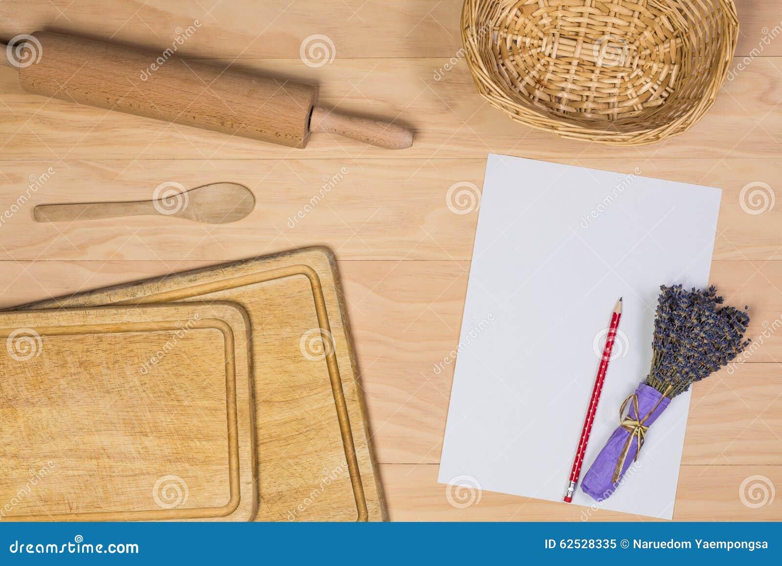 有纸和铅笔的木厨具