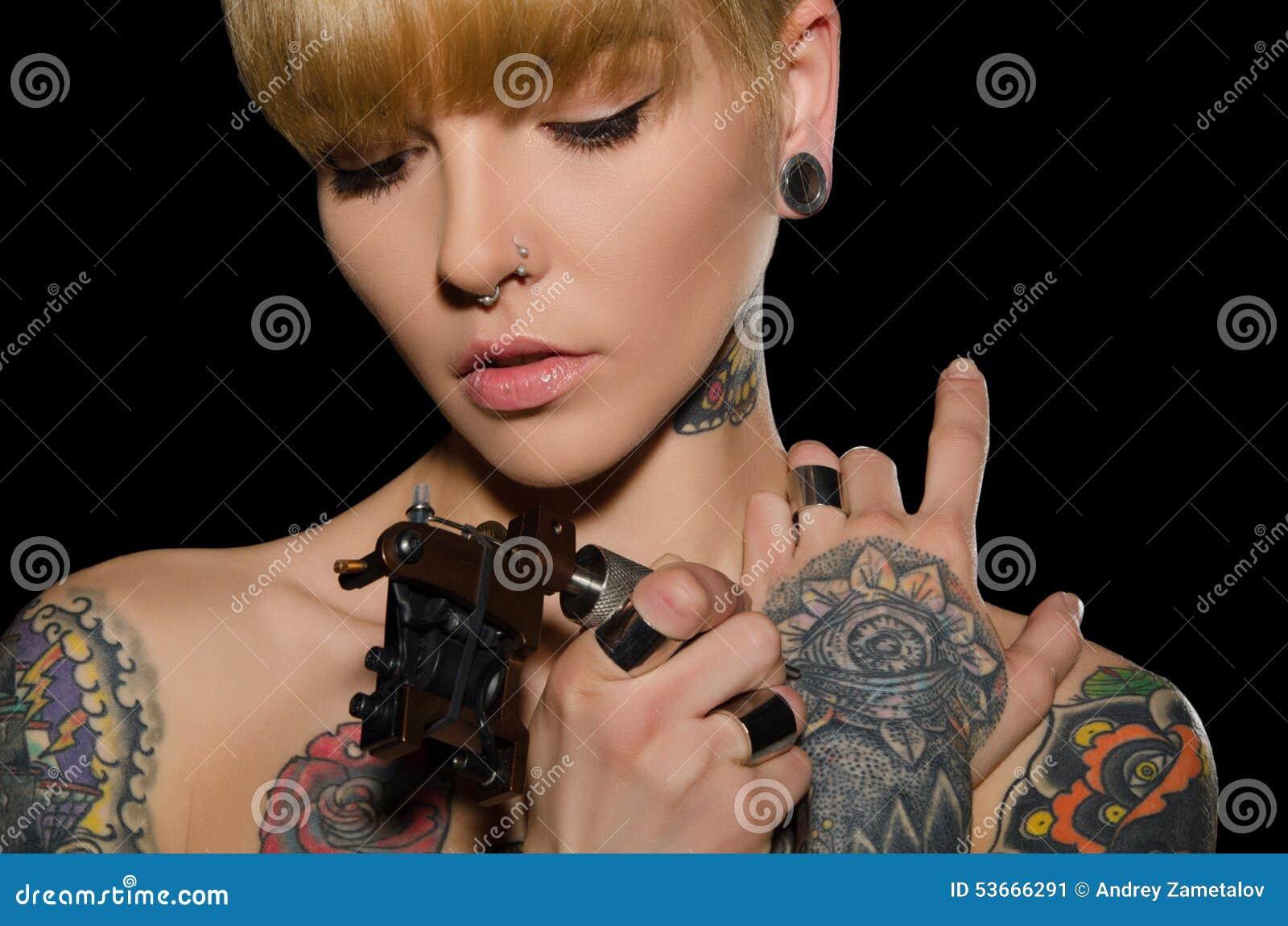 有纹身花刺机器的被刺字的少妇