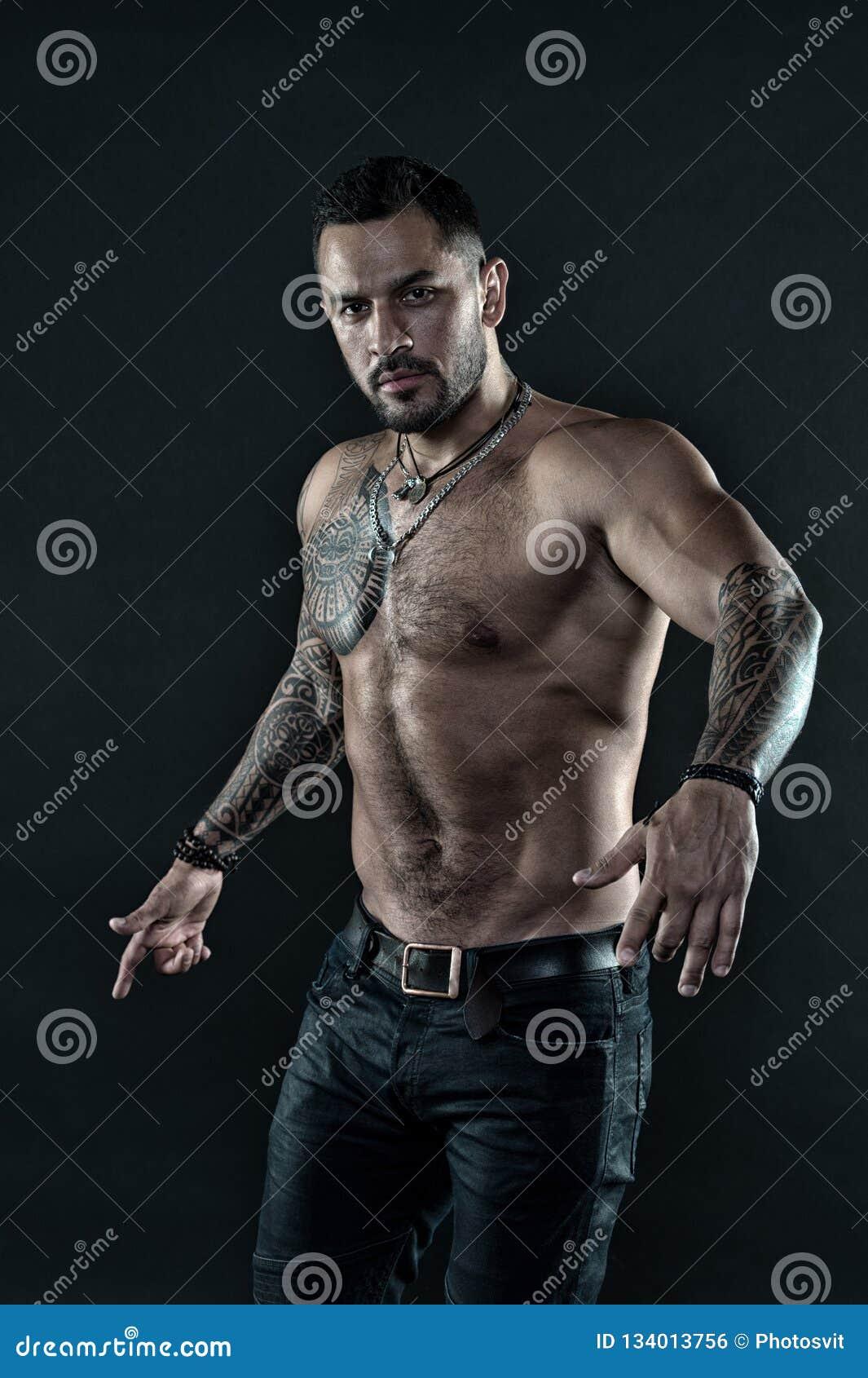 有纹身花刺的残酷严密的强壮男子 阳刚之气和残酷 纹身花刺文化概念 纹身花刺残酷属性 博若莱红葡萄酒