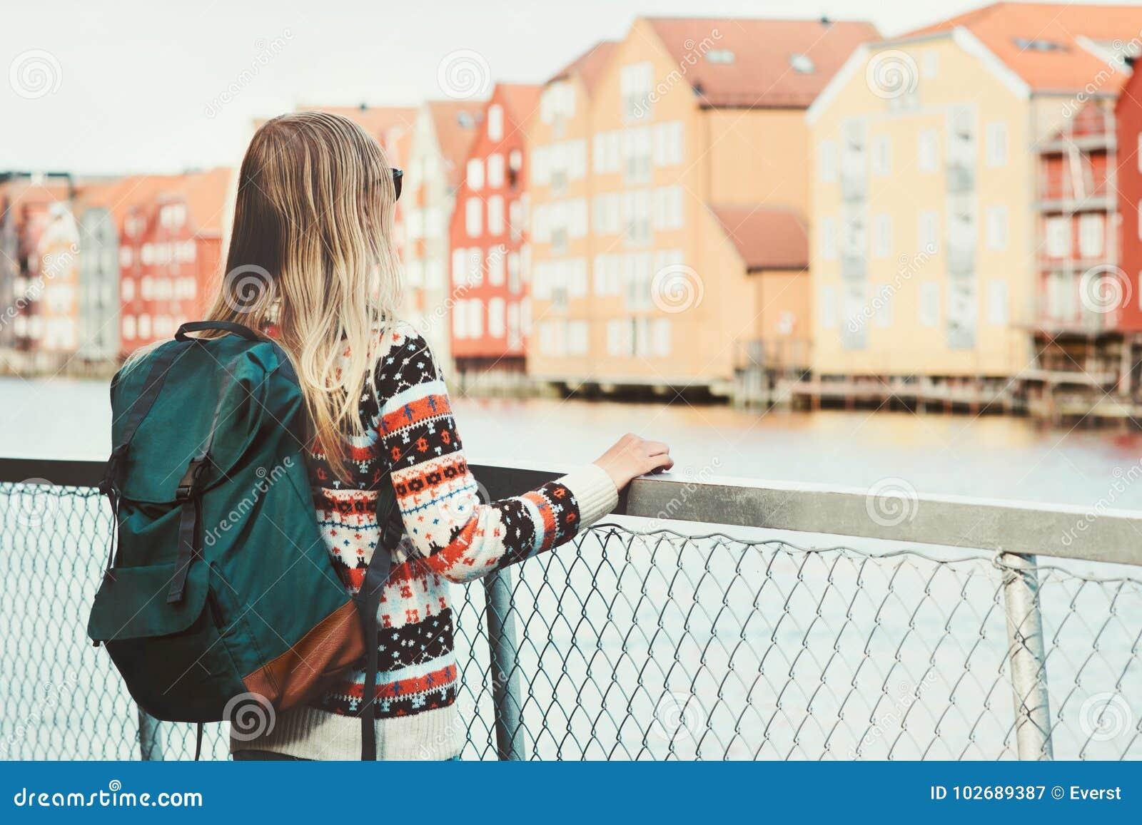 有绿色背包观光的特隆赫姆市的妇女游人在挪威假期过周末旅行生活方式时尚室外scandina