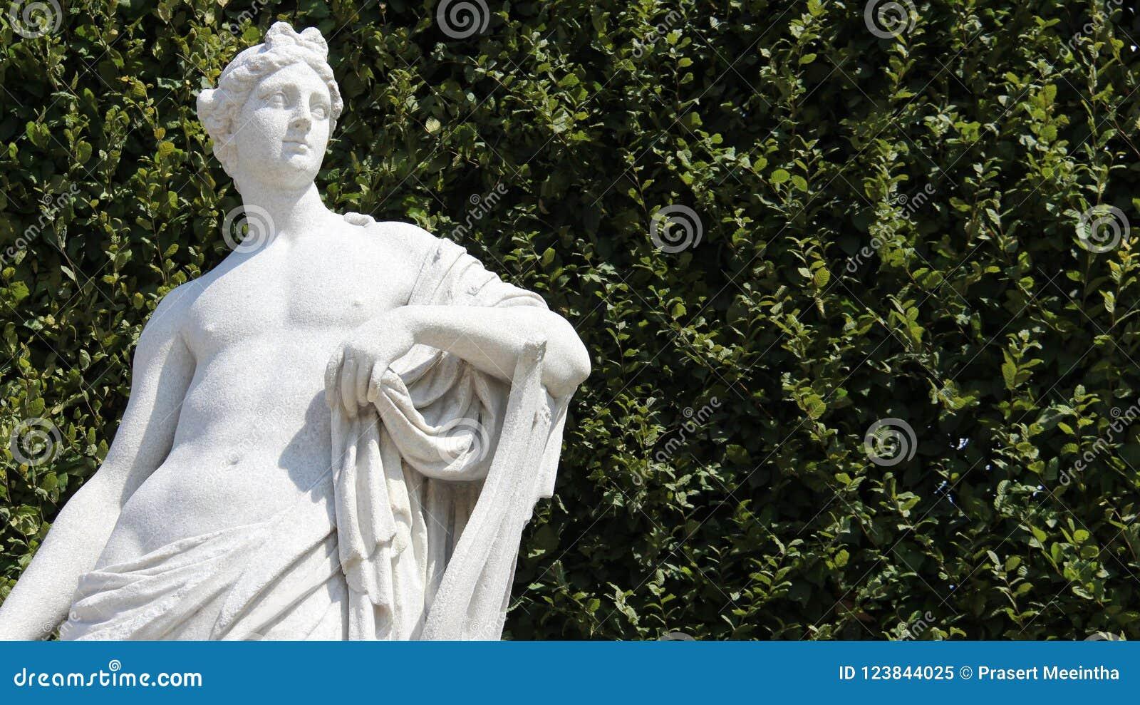 有绿色莱沃的雕塑年轻人
