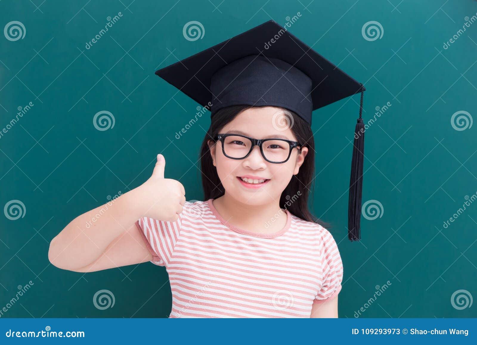 有绿色黑板的逗人喜爱的女孩