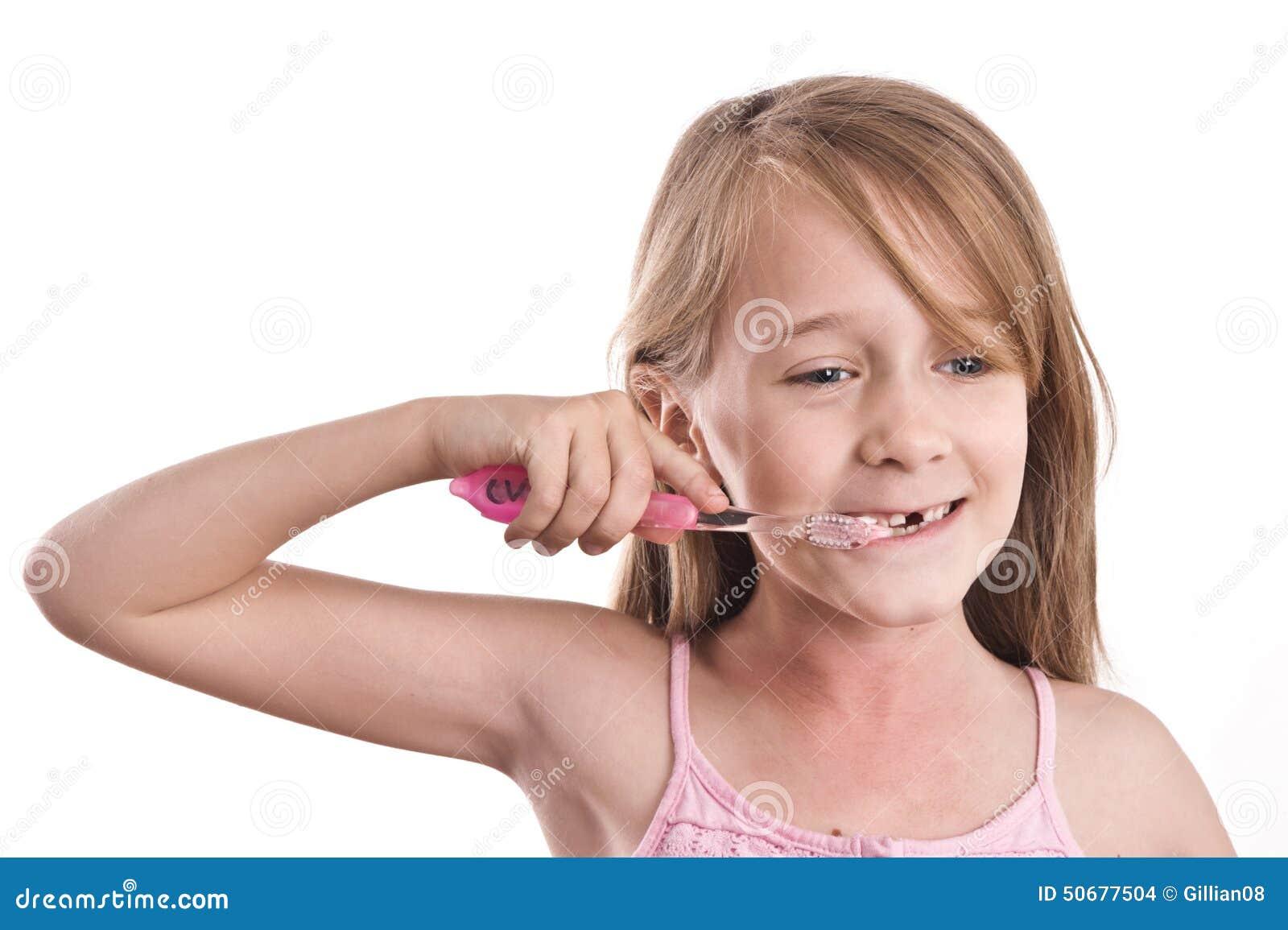 Download 有缺掉牙的,掠过的牙女孩 库存照片. 图片 包括有 丢失, 草丛, 成块, 人员, 背包, 查出, 被砍的 - 50677504