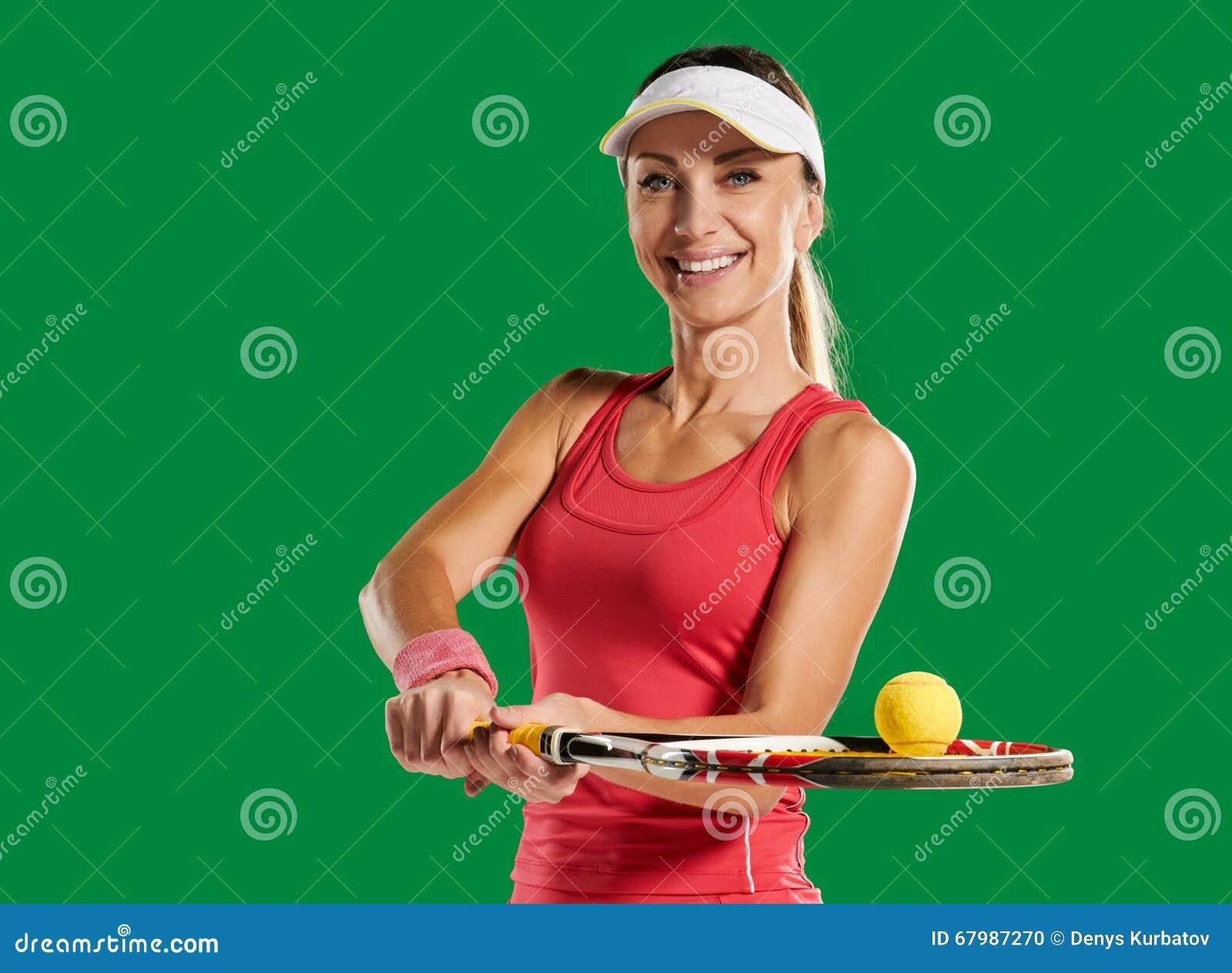 有网球拍和球的女孩