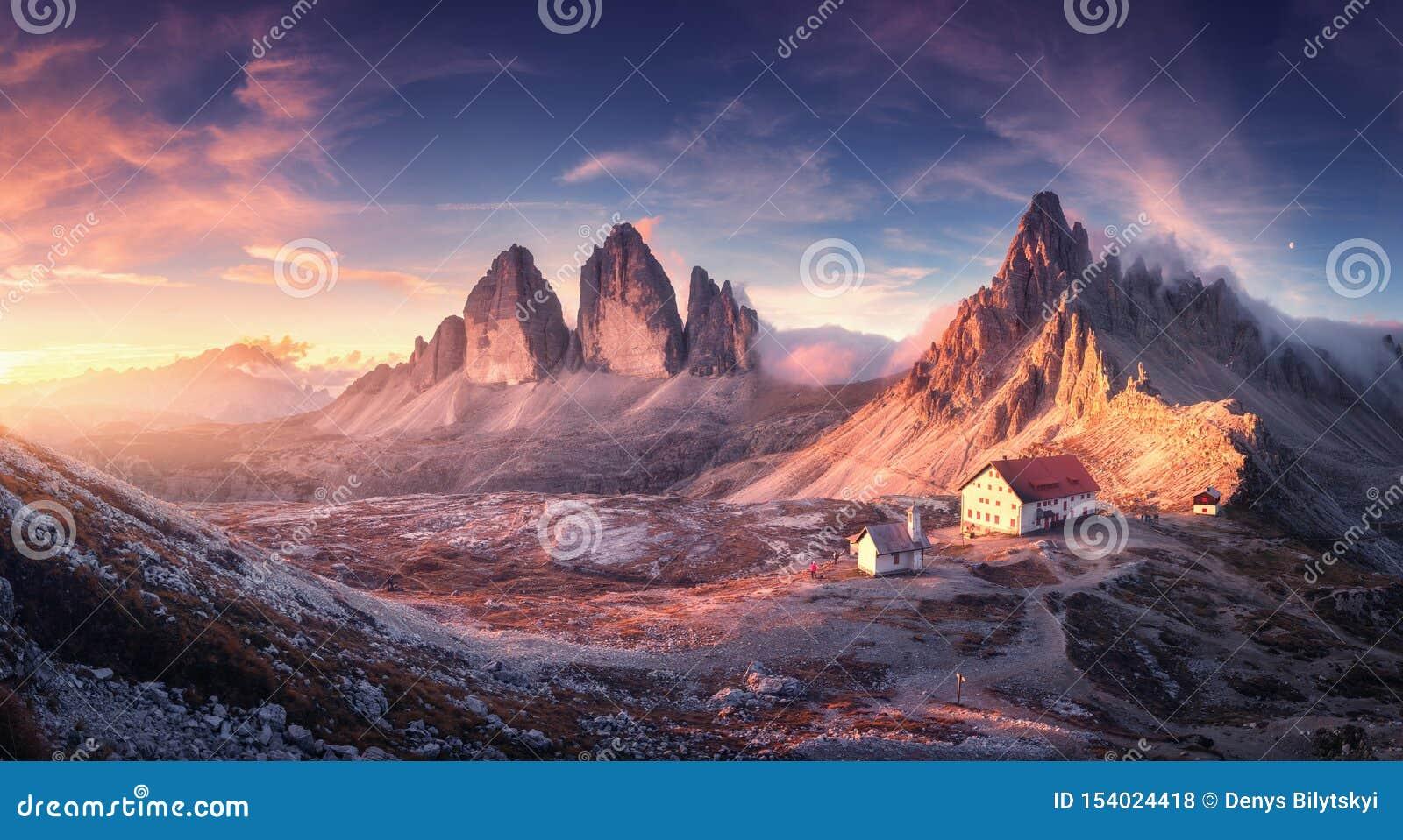 有美丽的房子和教会的山谷日落的