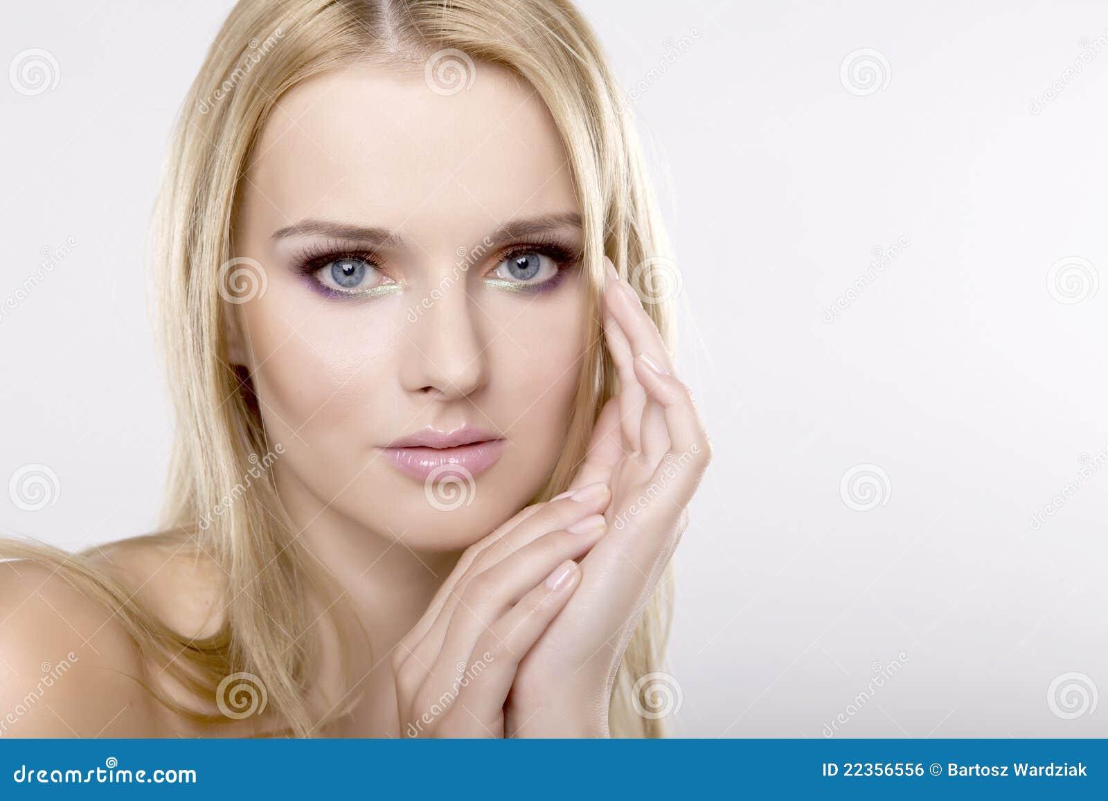 有美丽的金发的新俏丽的妇女