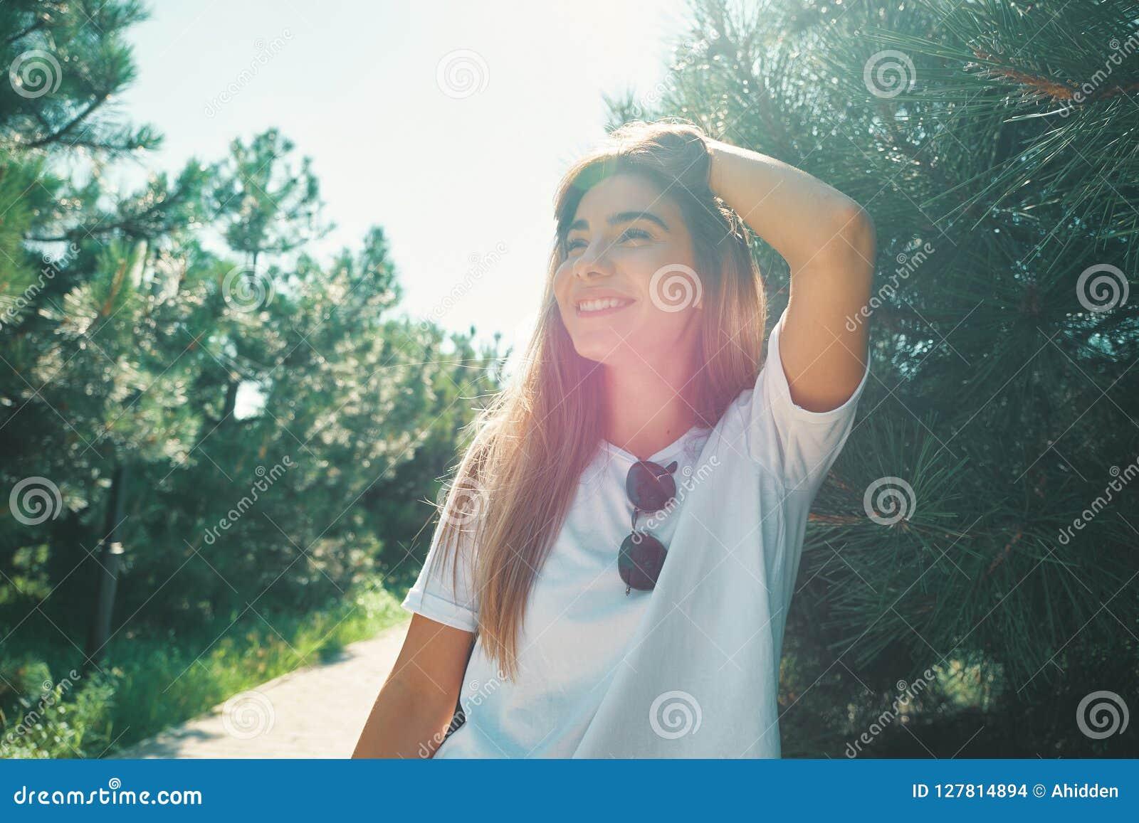 有美丽的面孔的特写镜头少妇以享用太阳为特色