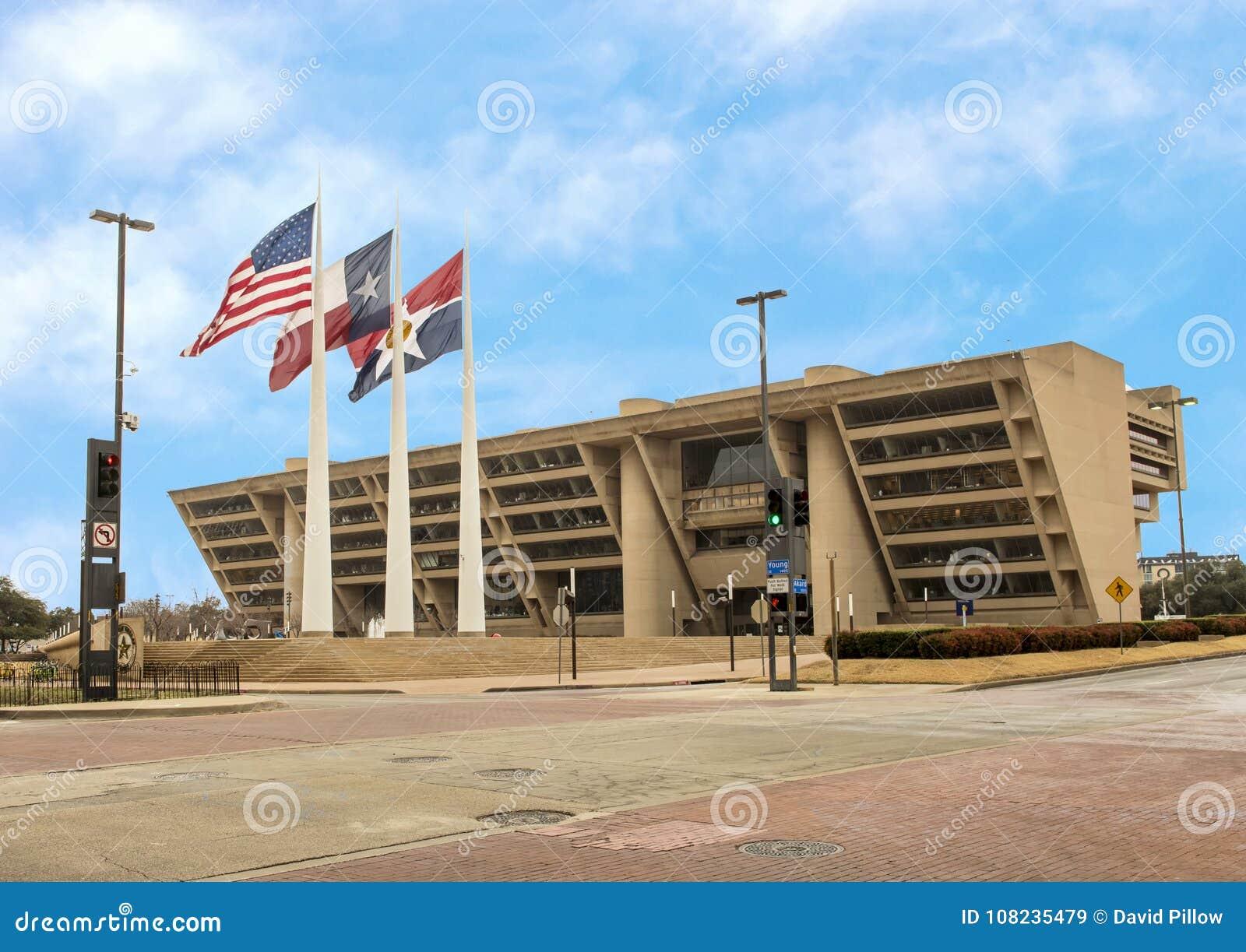 有美国人、得克萨斯和达拉斯旗子的达拉斯城霍尔在前面