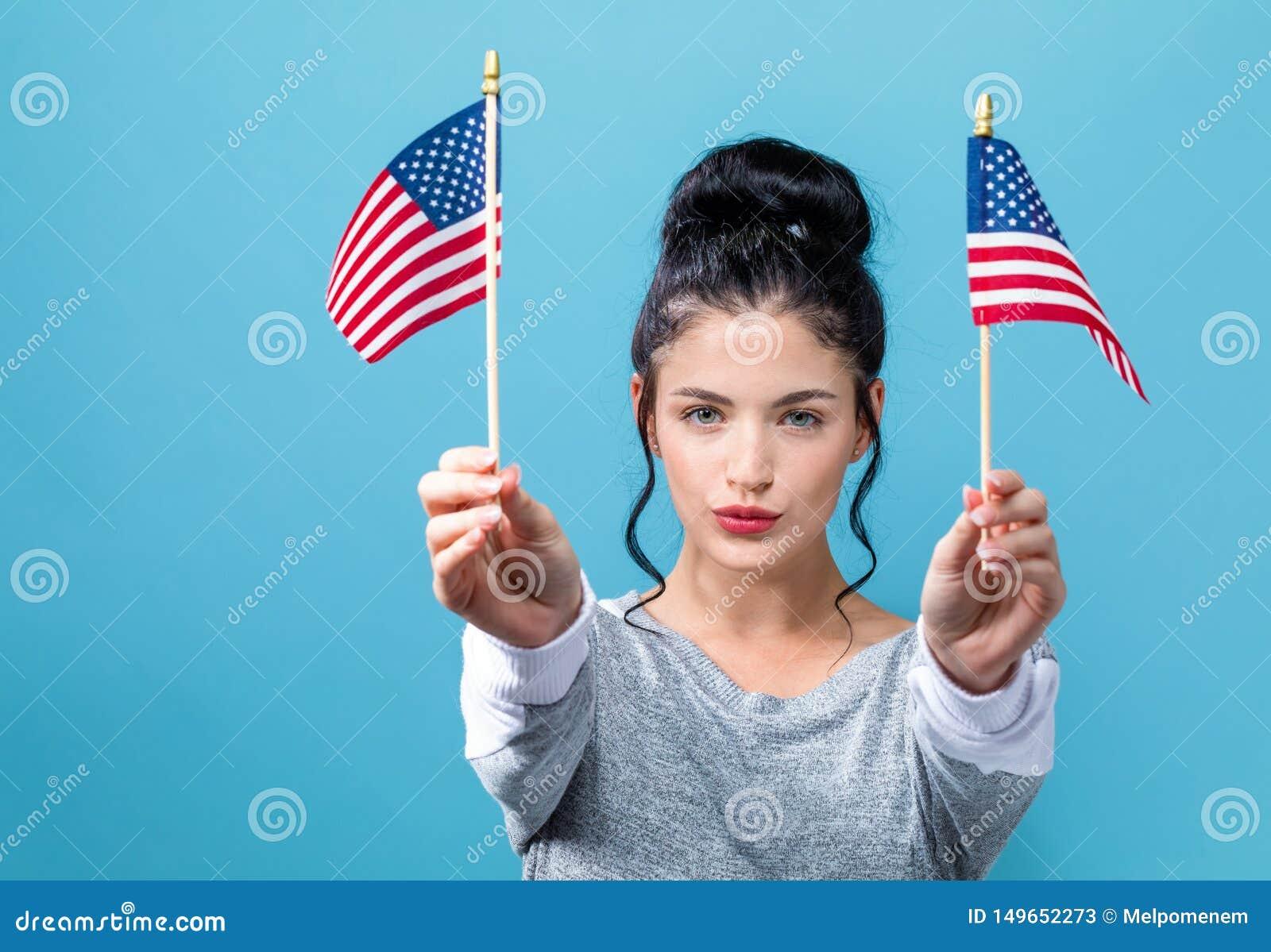 有美国国旗的年轻女人