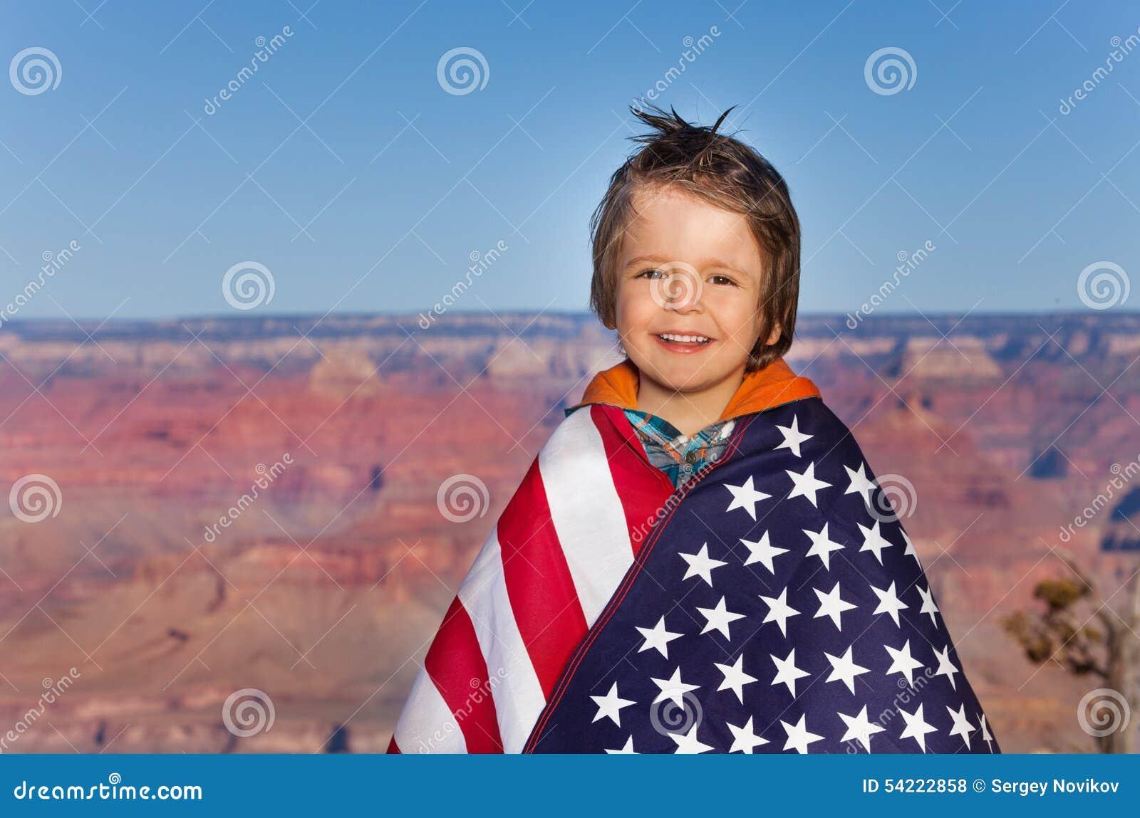 有美国国旗的,大峡谷国家公园男孩