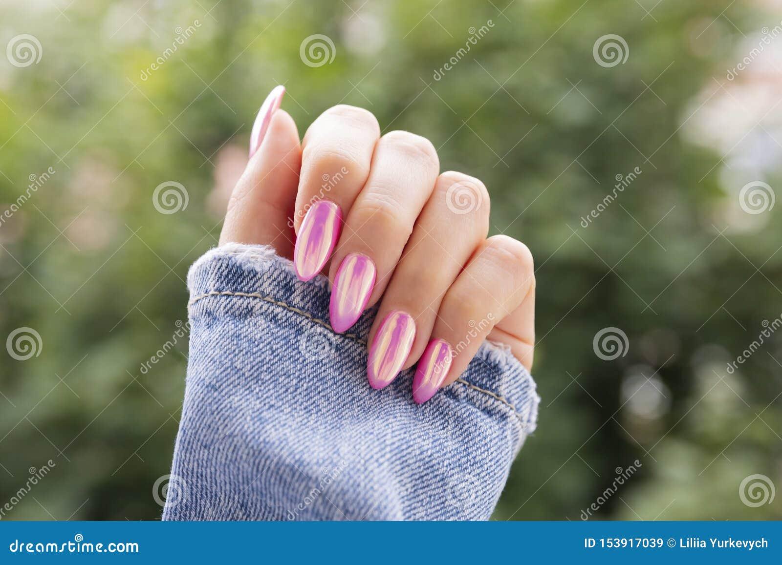 有美好的桃红色修指甲的女性手