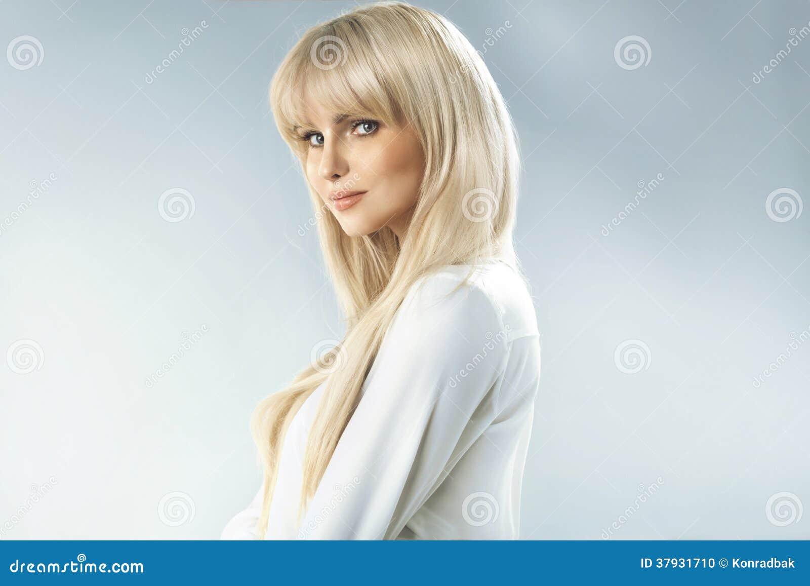 有美妙的脸色的精美白肤金发的妇女