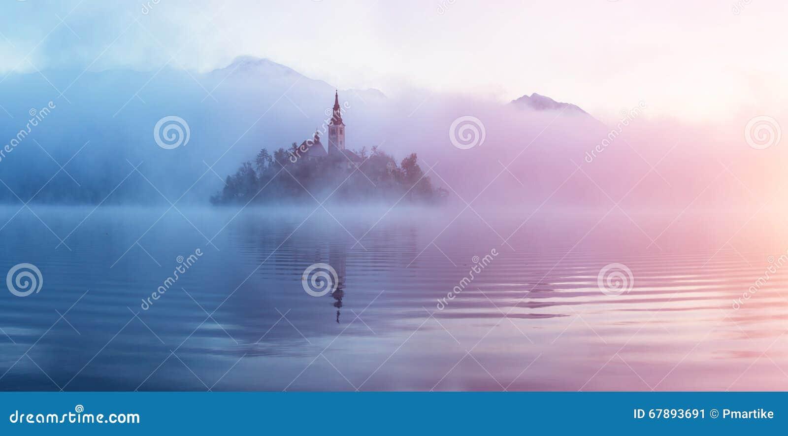 有老教会的著名海岛在市Bled