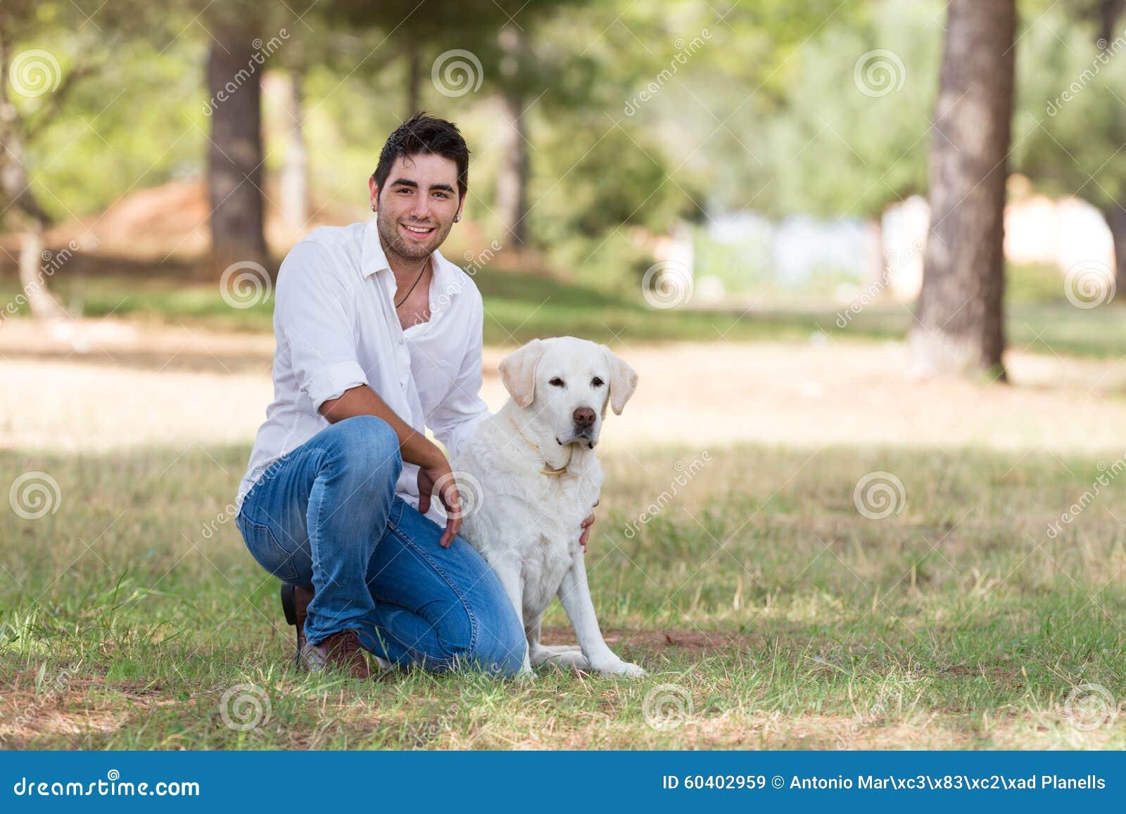 有老资深拉布拉多狗的英俊的拉丁人