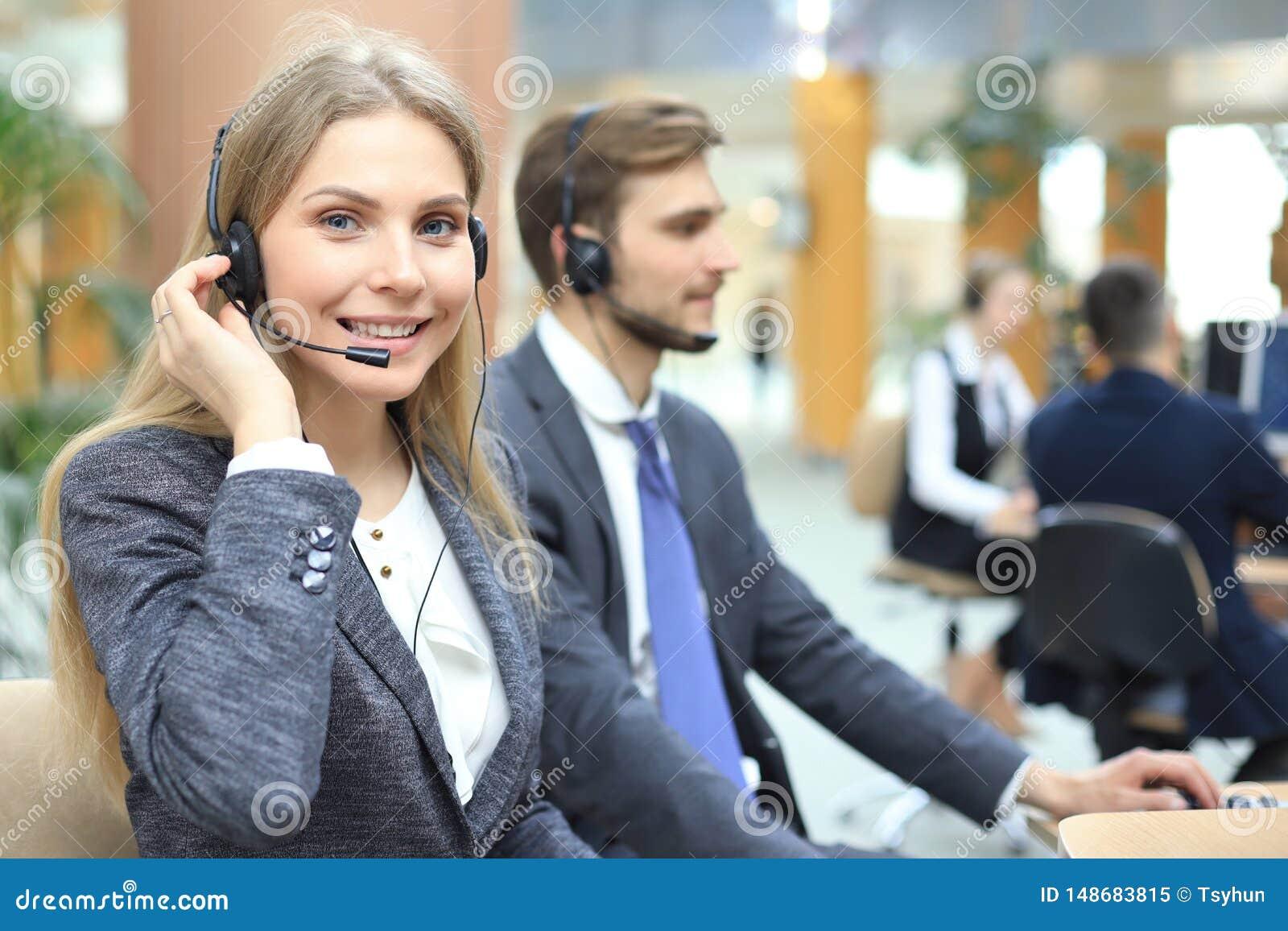 有耳机和微笑的女性用户支持操作员