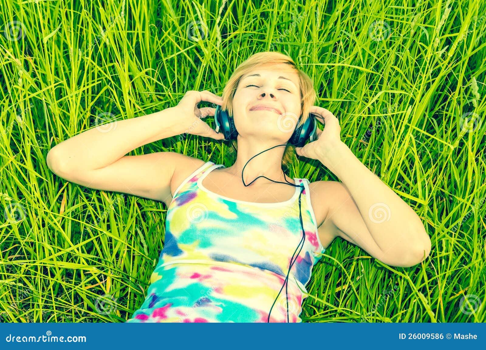 有耳机的少妇