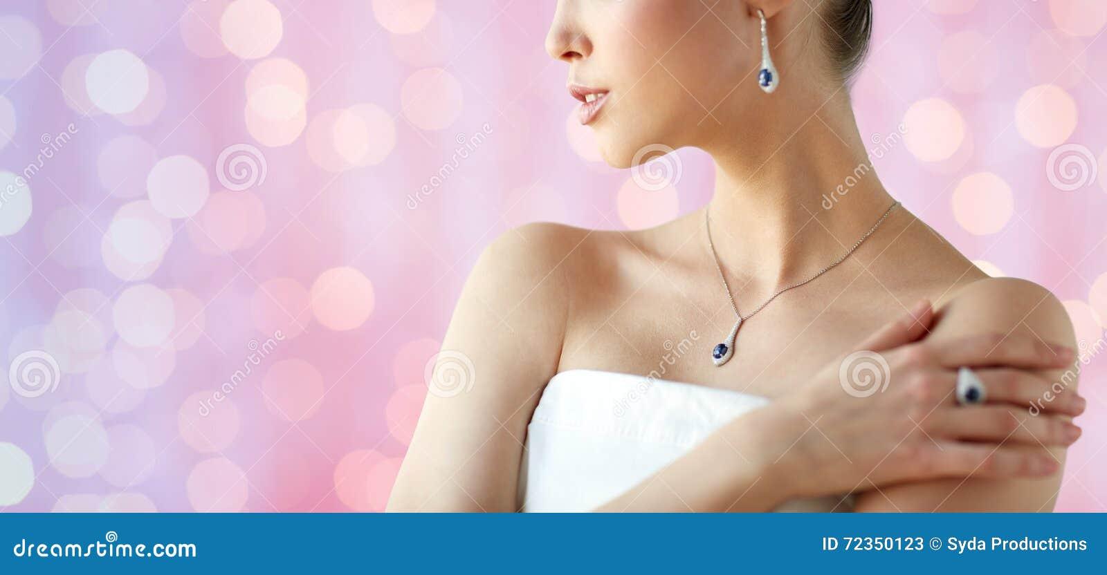 有耳环、圆环和垂饰的美丽的妇女
