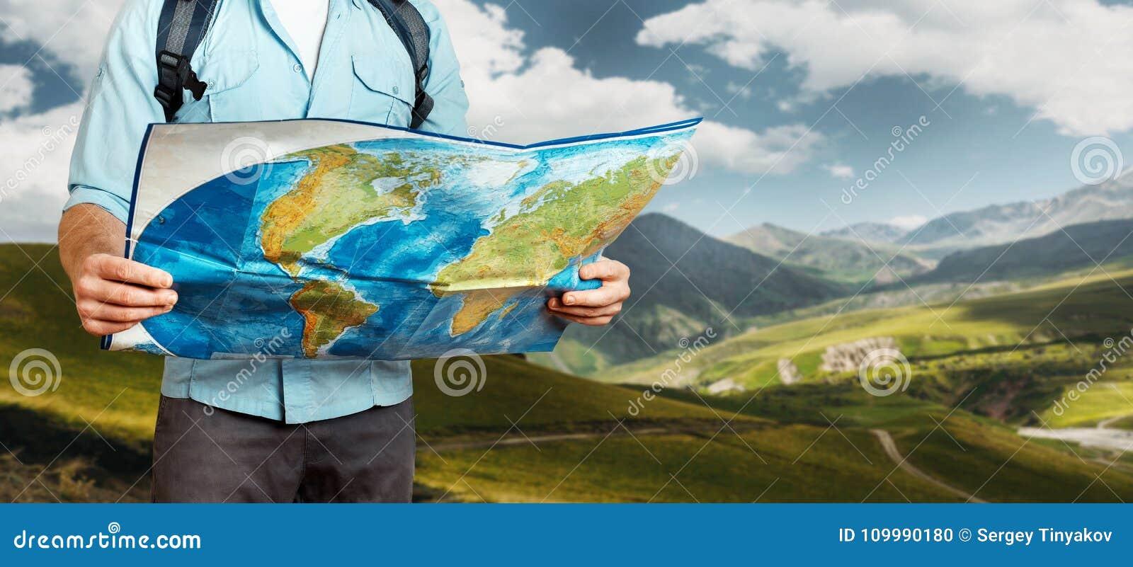 有背包探索的地图的年轻旅客人在山 远足旅游业旅途概念
