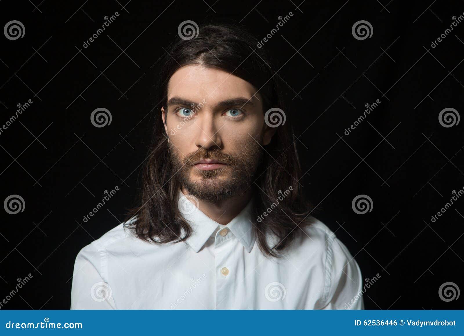 有胡子和长的头发的严肃的人