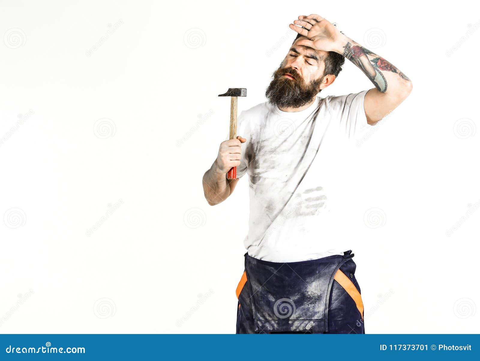 有胡子的人在肮脏的多灰尘的衬衣 建造者,石膏工,安装工,