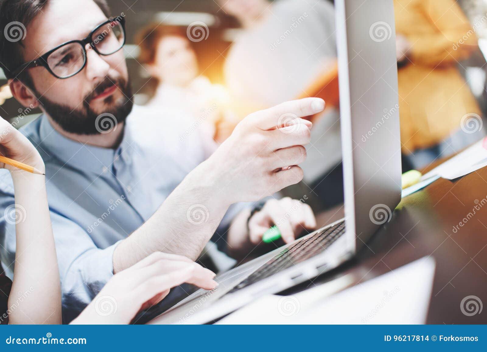 有胡子的商人告诉一个新的起始的计划给同事 企业想法谈论 在顶楼办公室合作研究一个项目