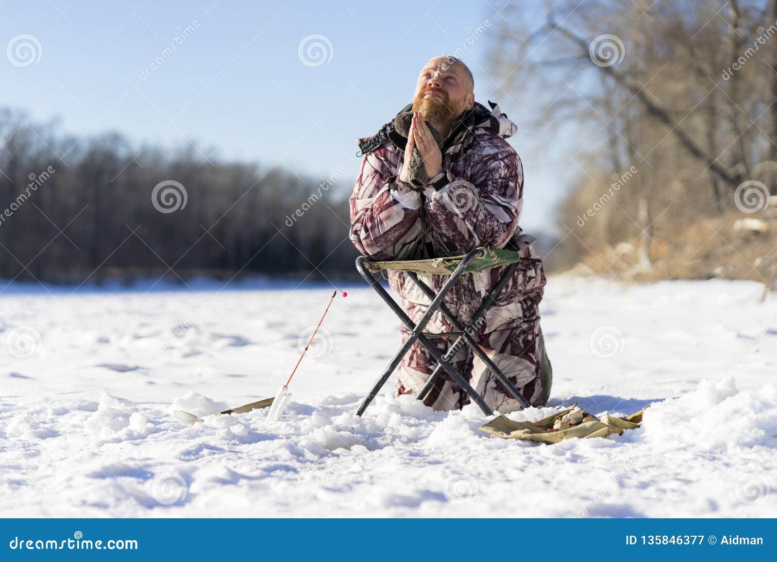 有胡子的欧洲哀伤的人祈祷,当获得失败的他冬天钓鱼时