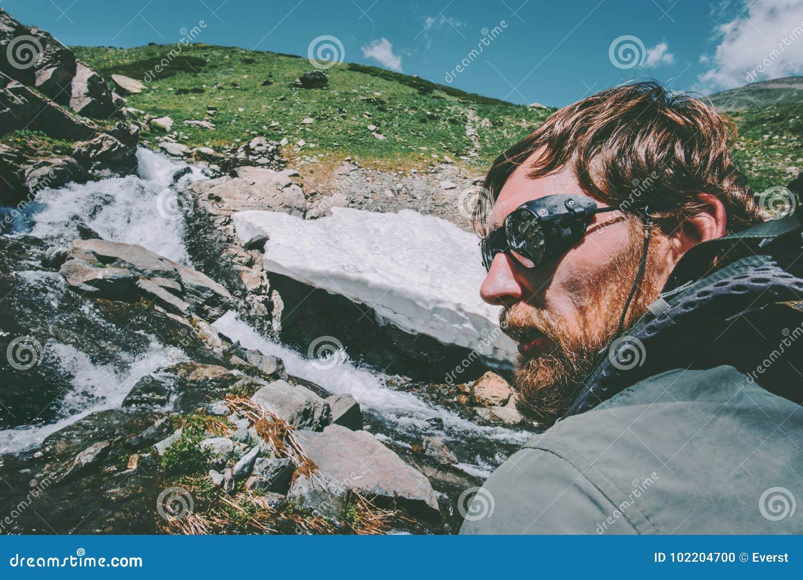 有胡子的远足旅行生活方式概念的人佩带的山太阳镜冒险