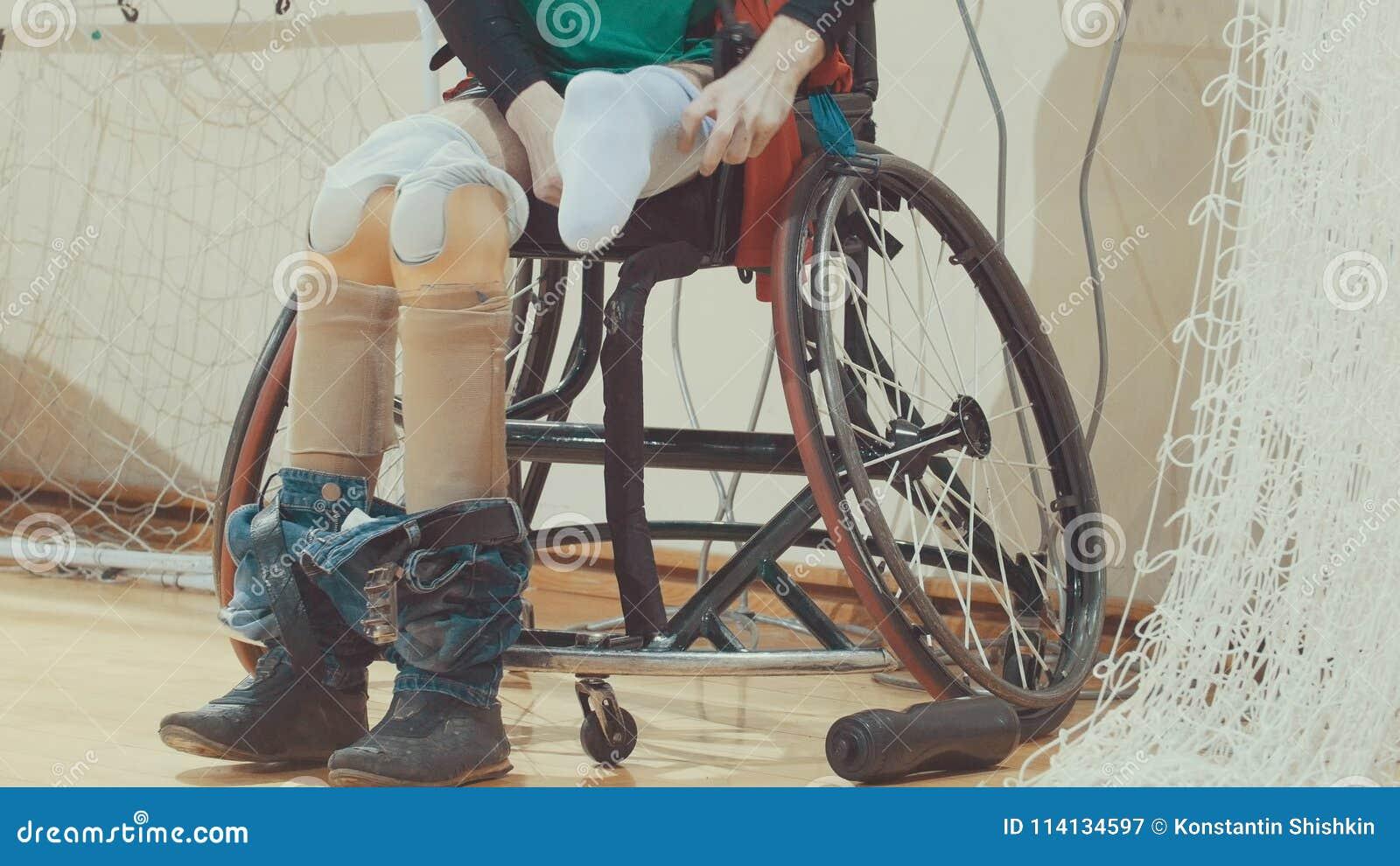 有腿protes的残疾年轻嬉戏人移植了到嬉戏训练的轮椅