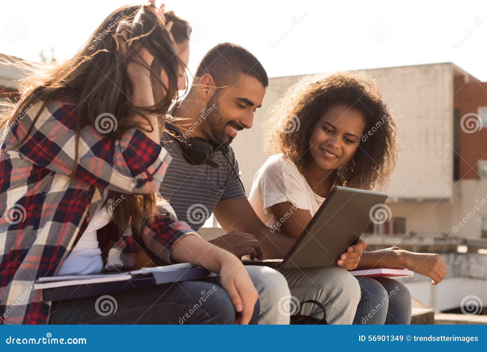 有膝上型计算机的学生在校园里