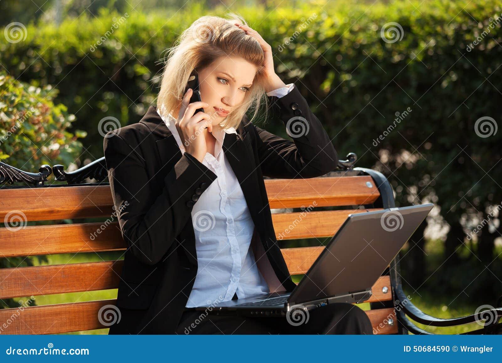 Download 有膝上型计算机的年轻女商人拜访电话的 库存照片. 图片 包括有 商业, 移动, 室外, 放血, 电池, 本质 - 50684590