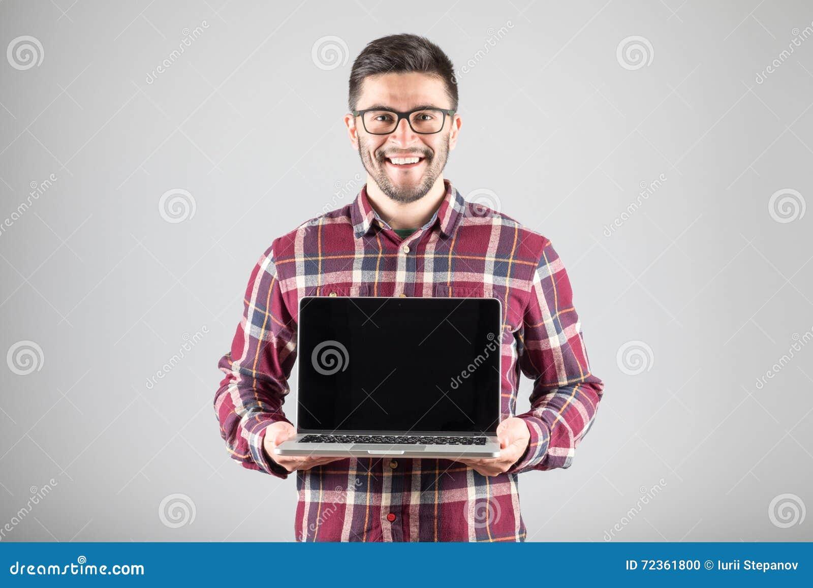 有膝上型计算机陈列的人screeen