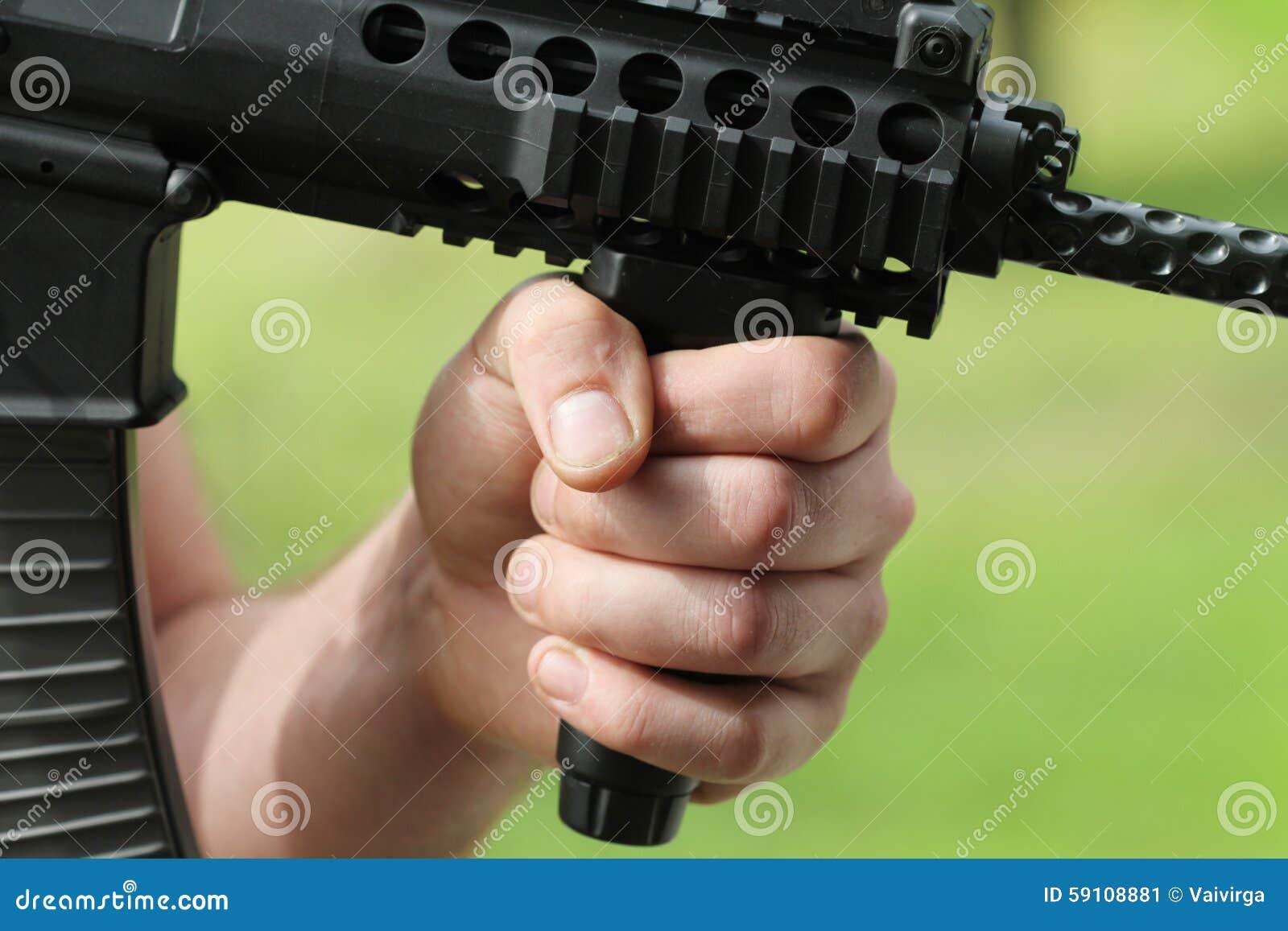 有自动武器的战士