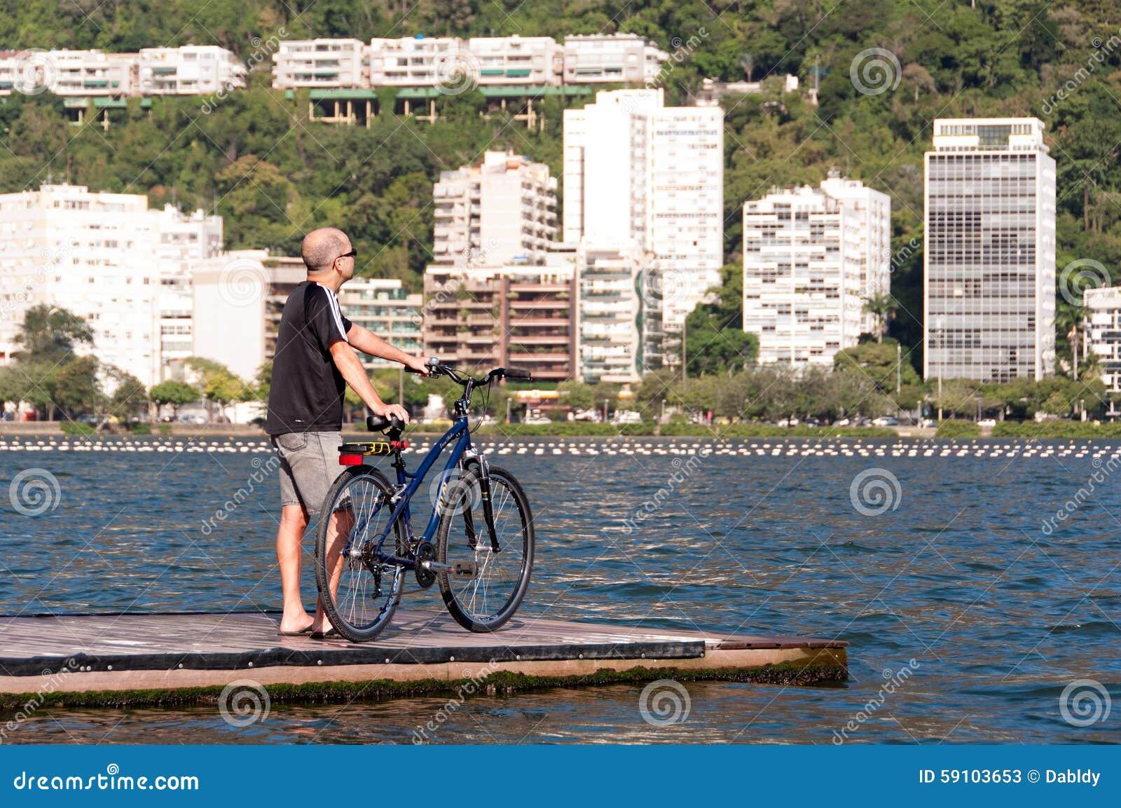 有自行车的人在码头