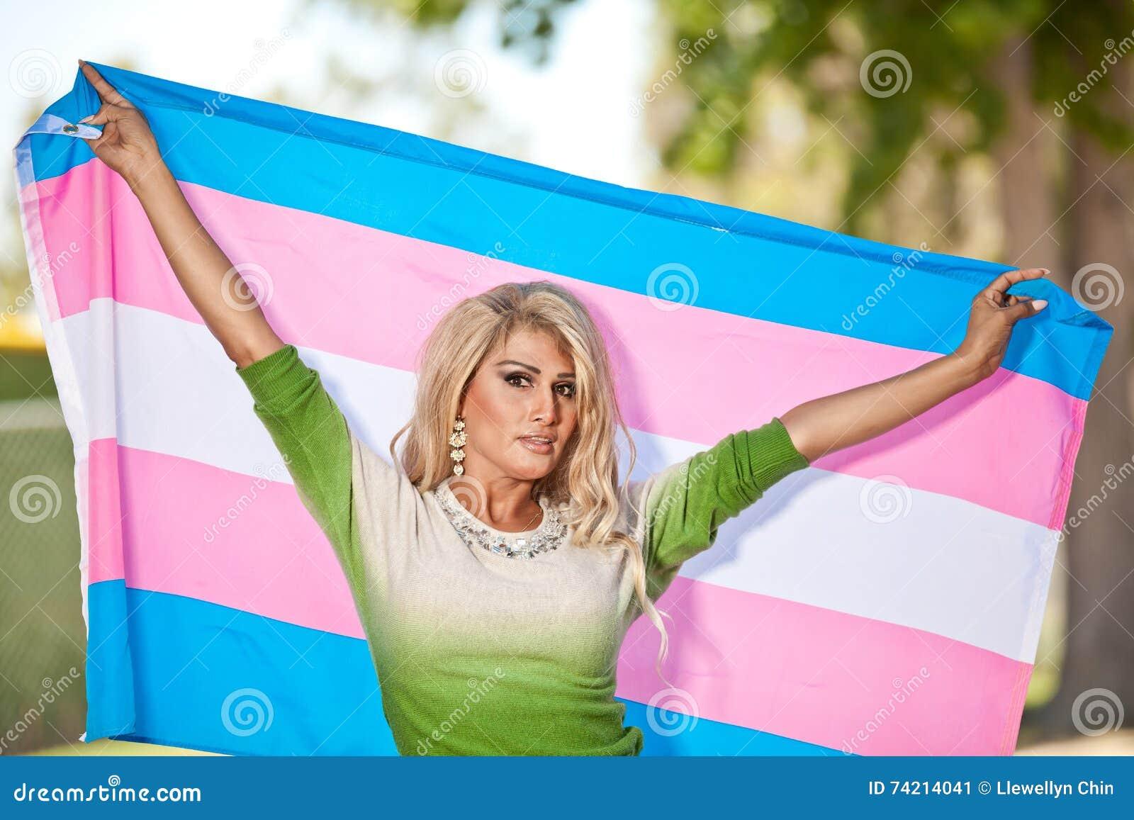 有自豪感旗子的变性女性