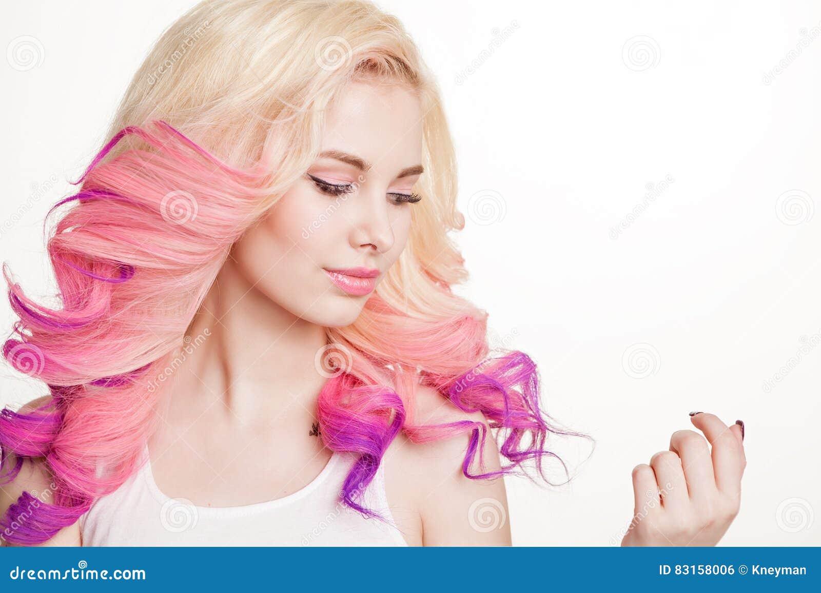 有色的卷发的青年妇女在白色背景 beauvoir 查出 工作室 梯度 拷贝空间