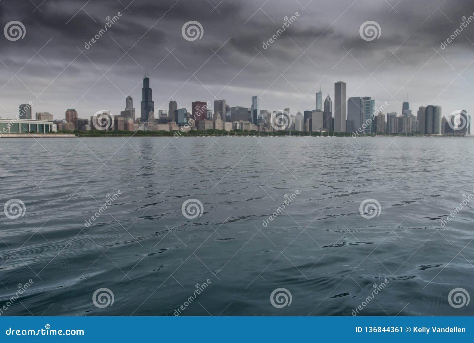 有芝加哥地平线的密执安湖在背景中