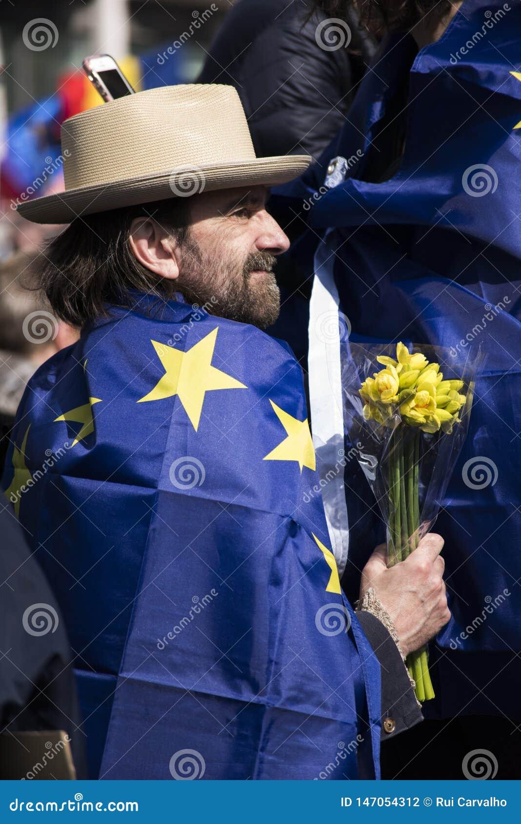 有花和欧洲旗子的一个人