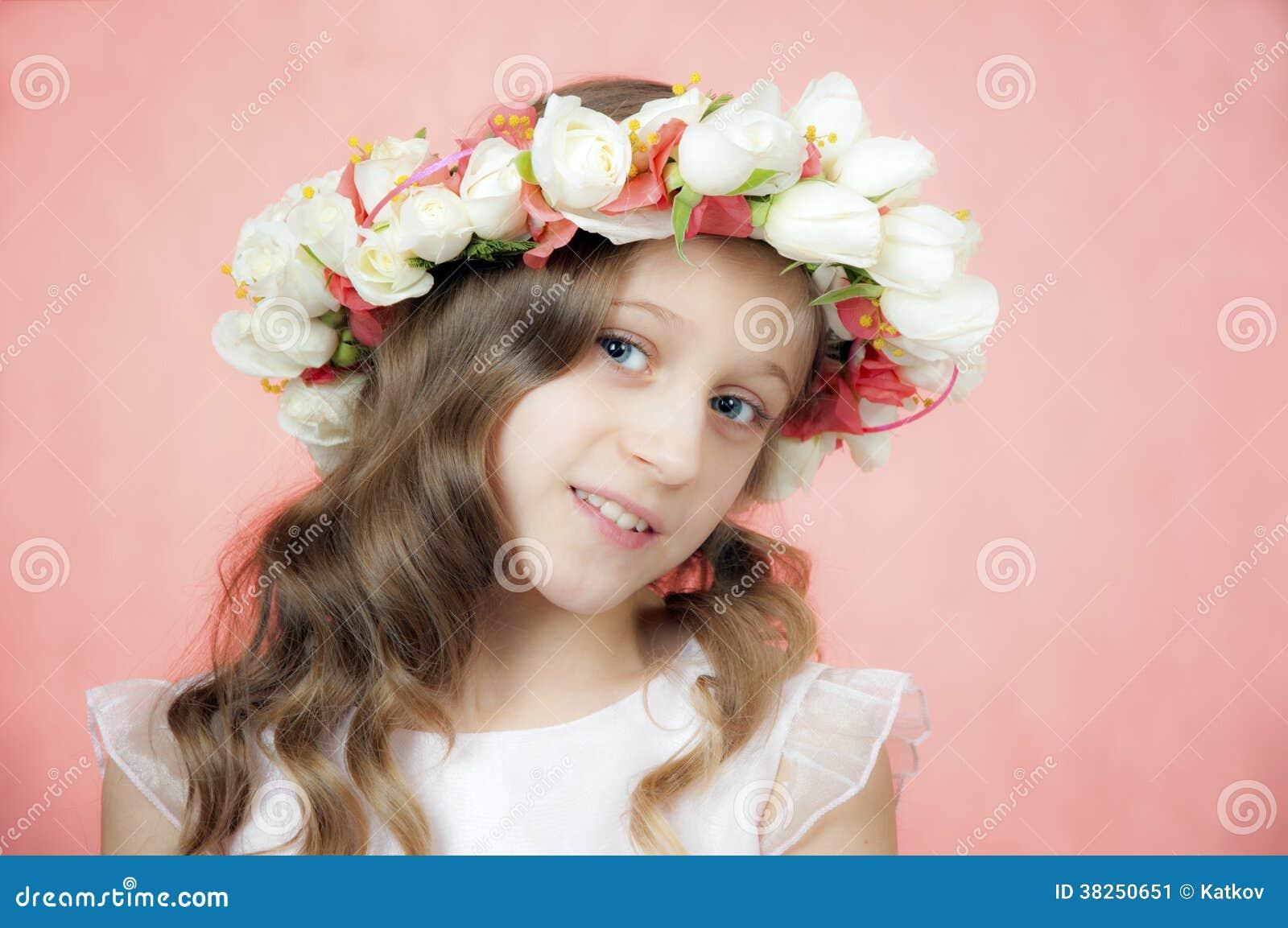 有花圈的美丽的小女孩