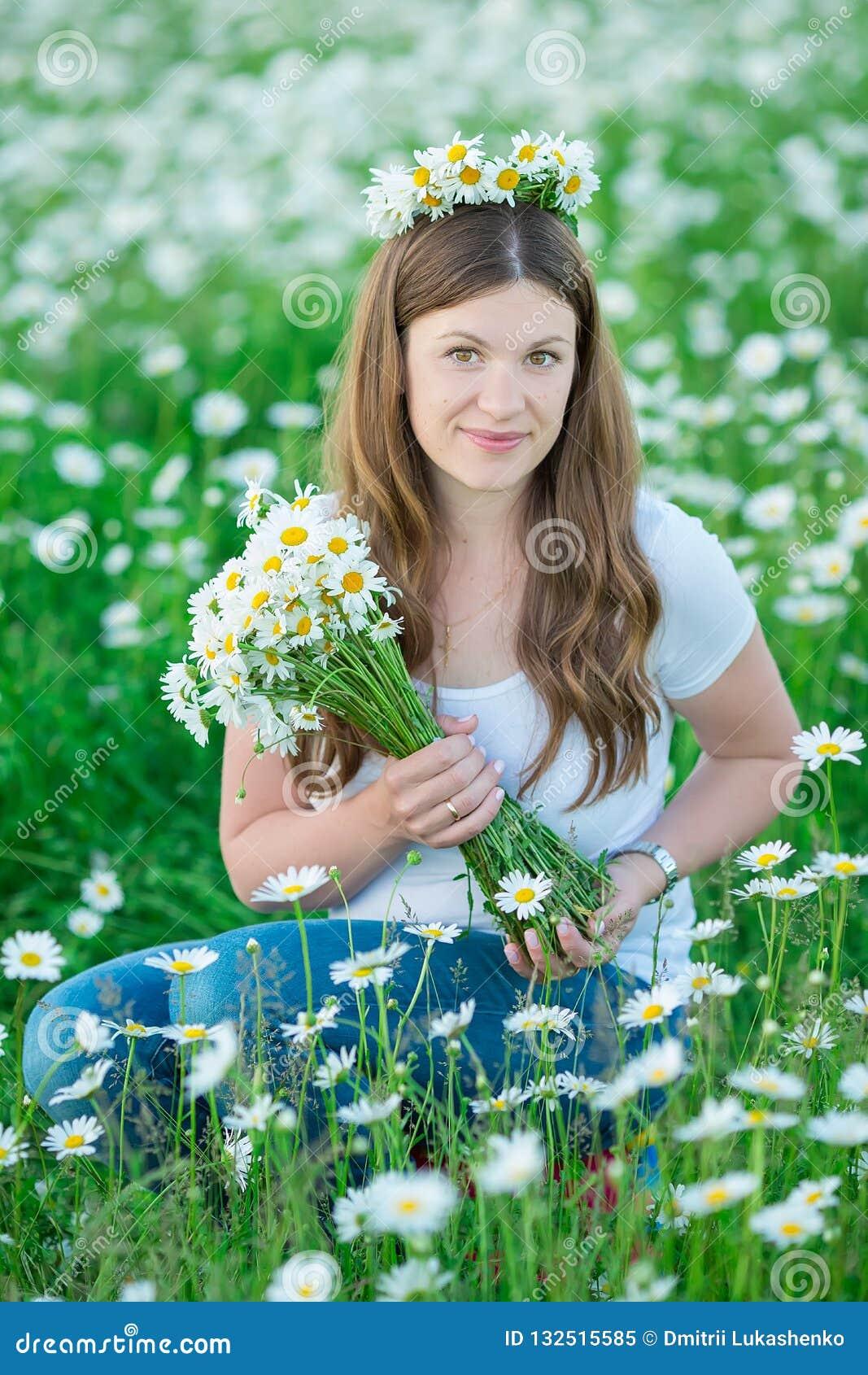 有花束的无忧无虑的可爱的女孩夫人妇女在春黄菊的神仙的领域 夏天自由享受概念