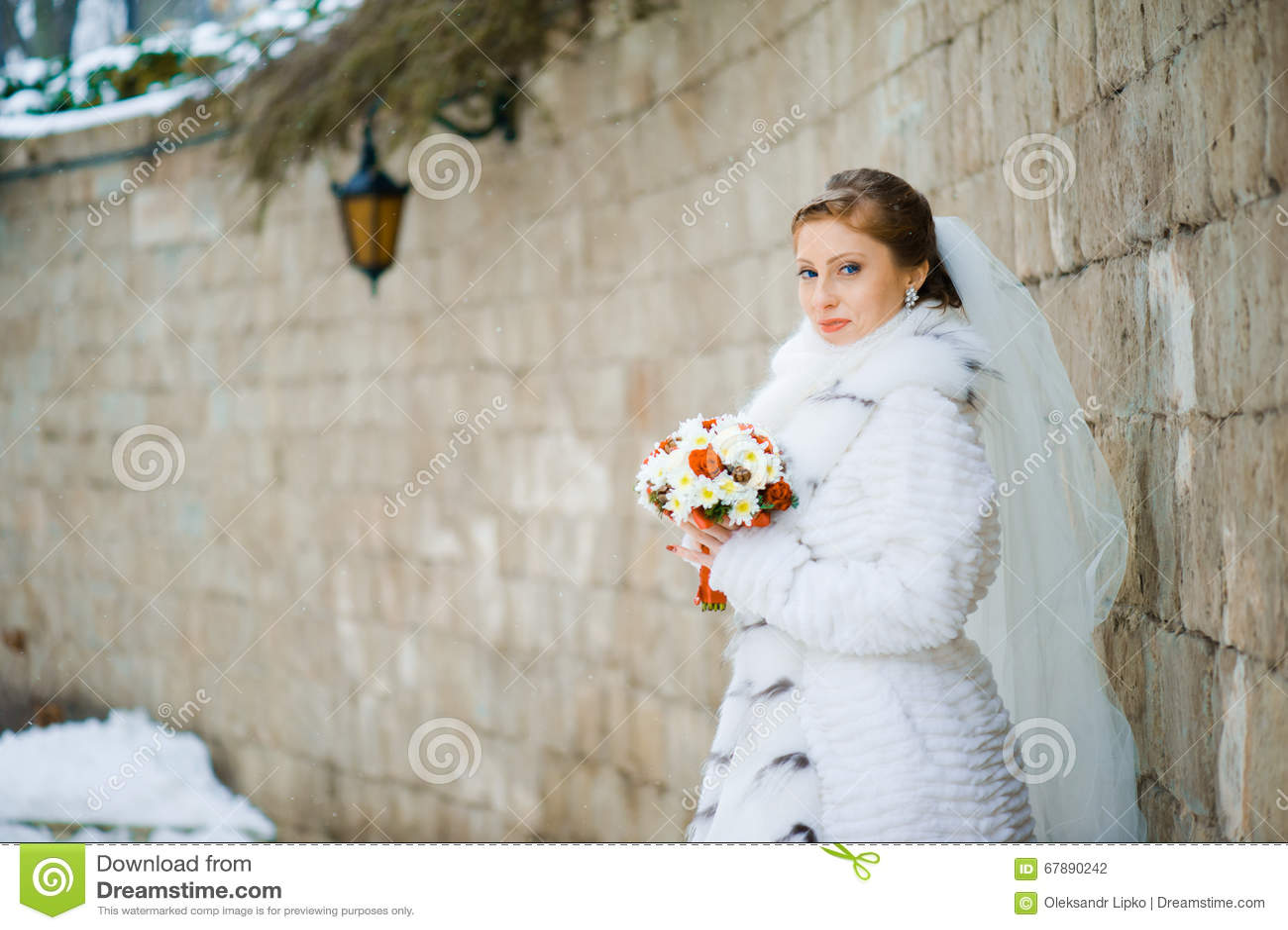 有花束的美丽的新娘在婚礼前