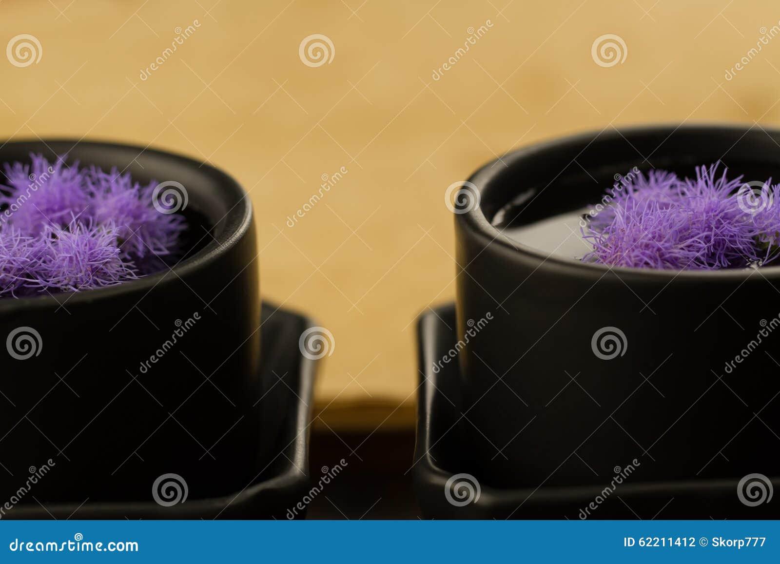 有花的两个黑中国杯子在空的老葡萄酒背景预定 菜单,食谱
