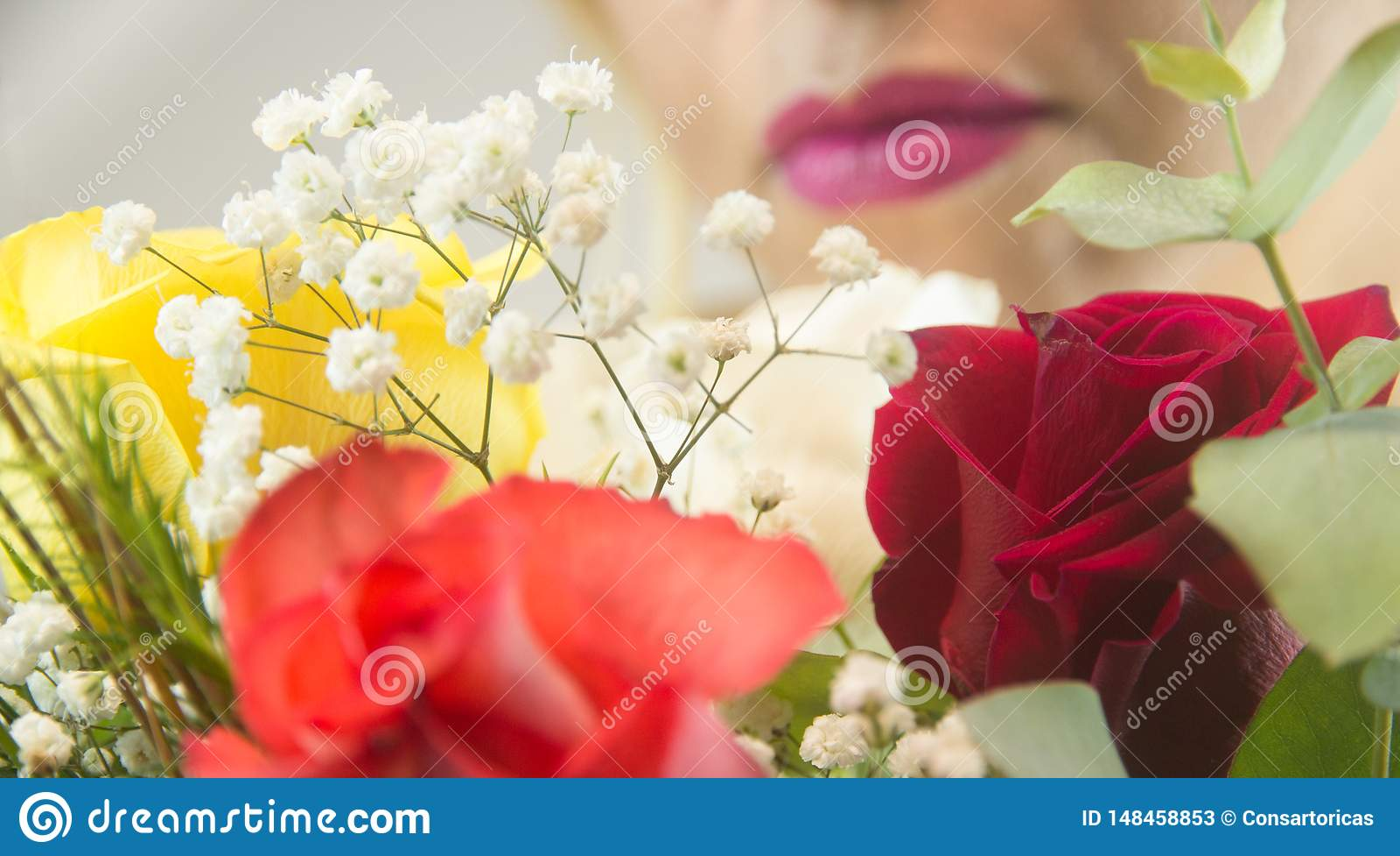 有花的妇女的嘴唇在前面