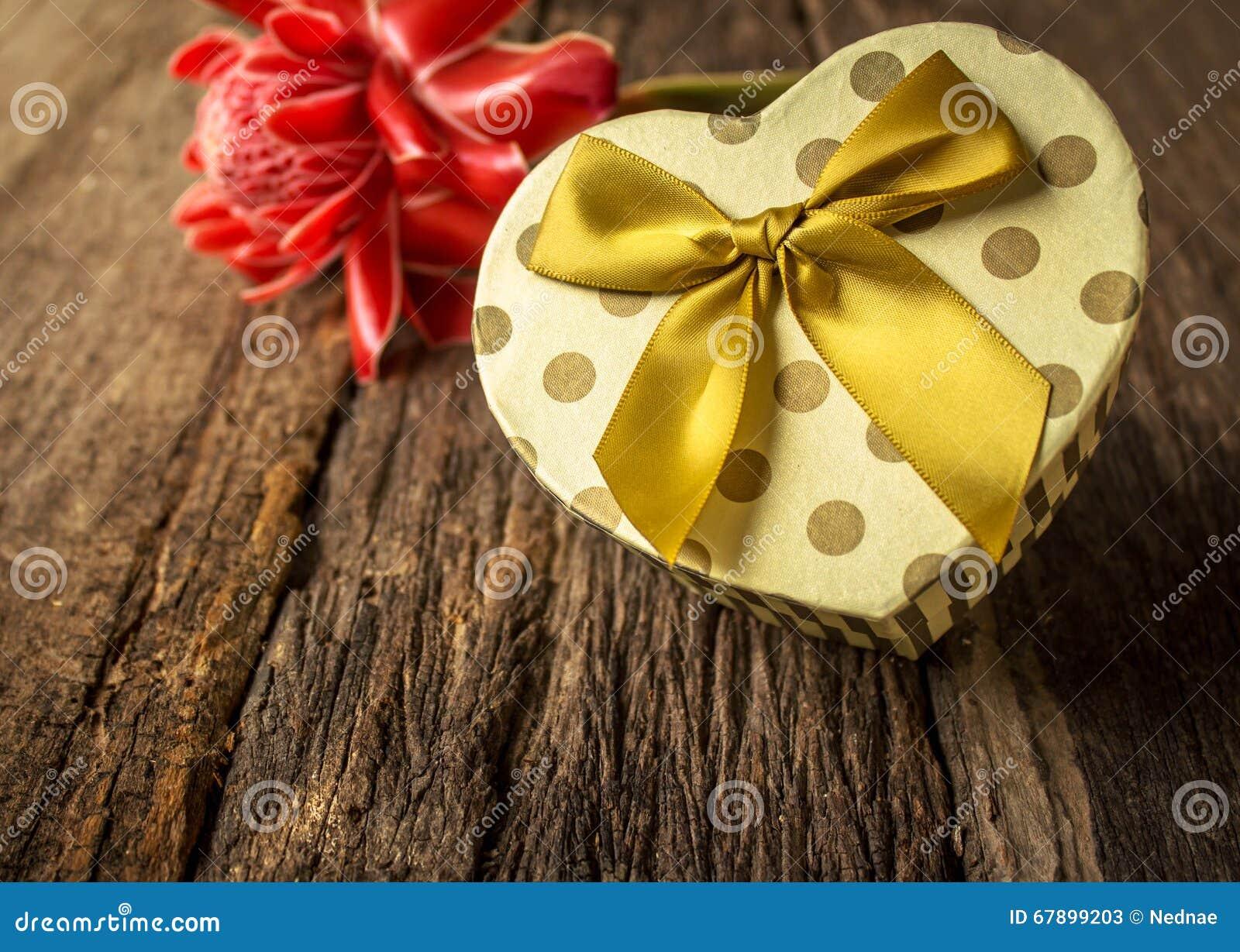 有花的心形的礼物盒