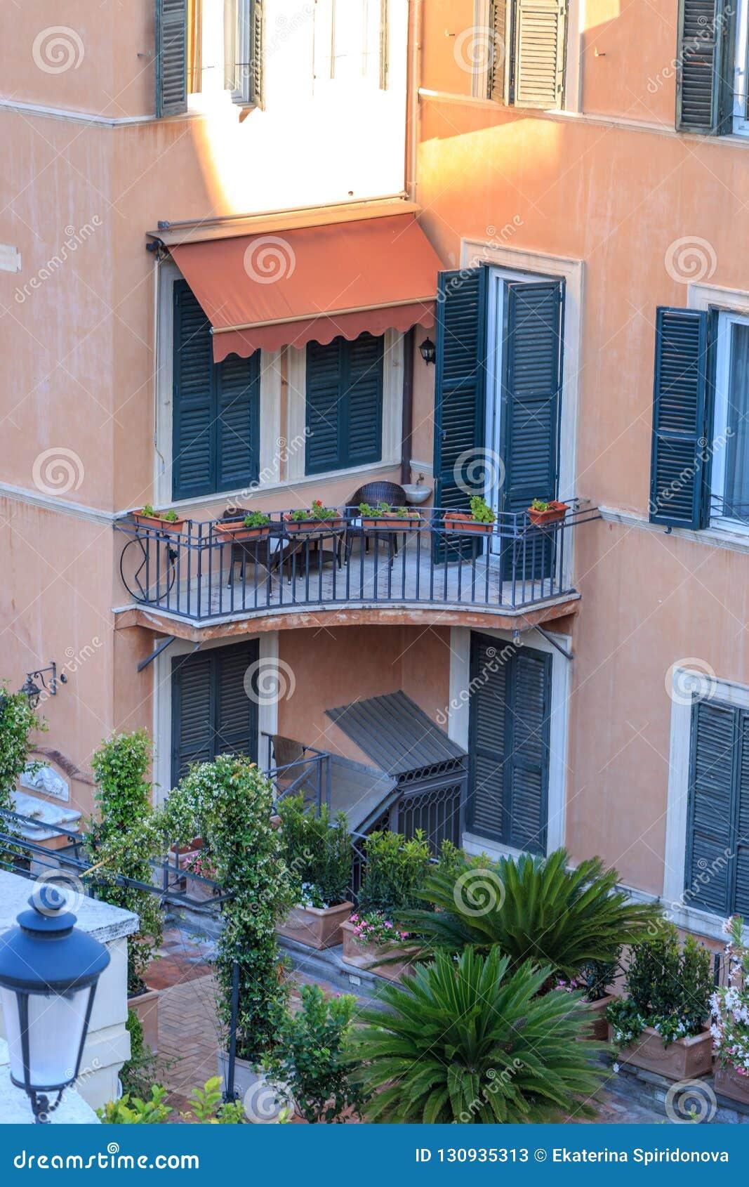 有花的美丽的阳台在罗马