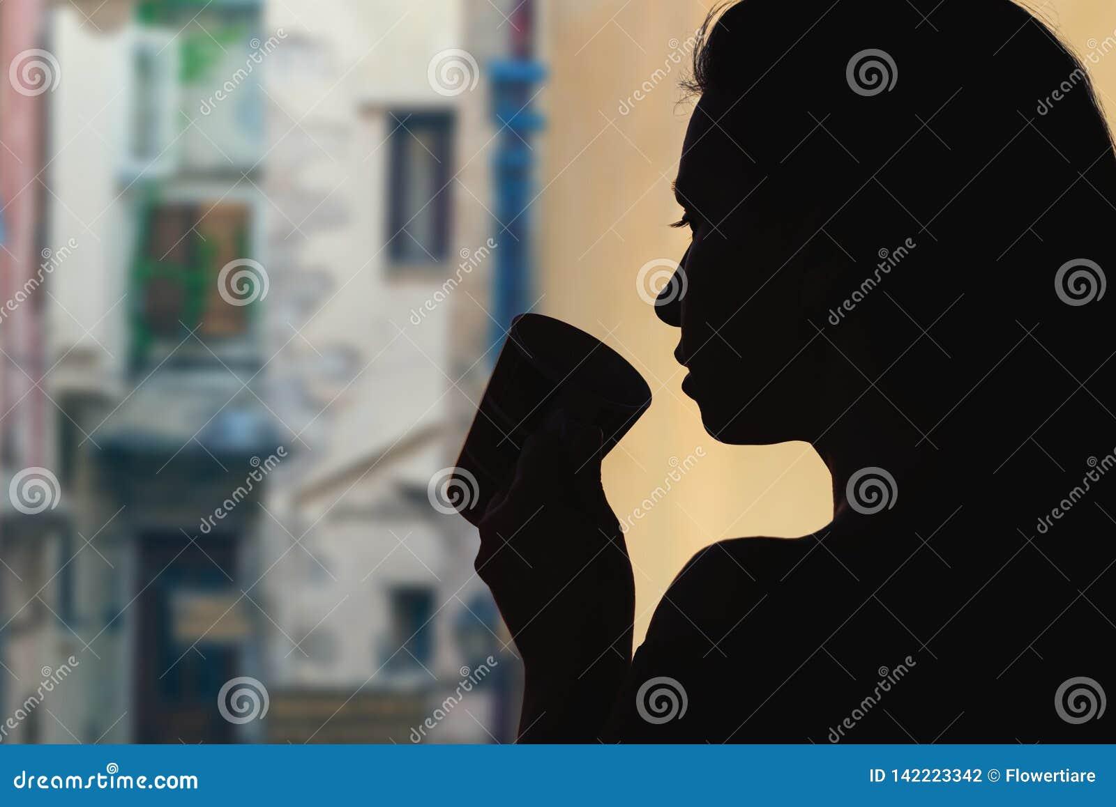 有茶的女性在对面的维罗纳老镇的狭窄的街道  意大利